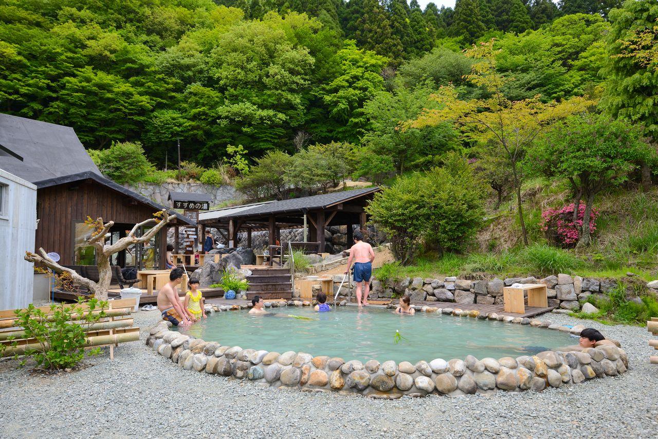 Холодный минеральный источник примыкает к горячей геотермальной ванне под открытым небом, и посетители могут пользоваться обеими купальнями по очереди