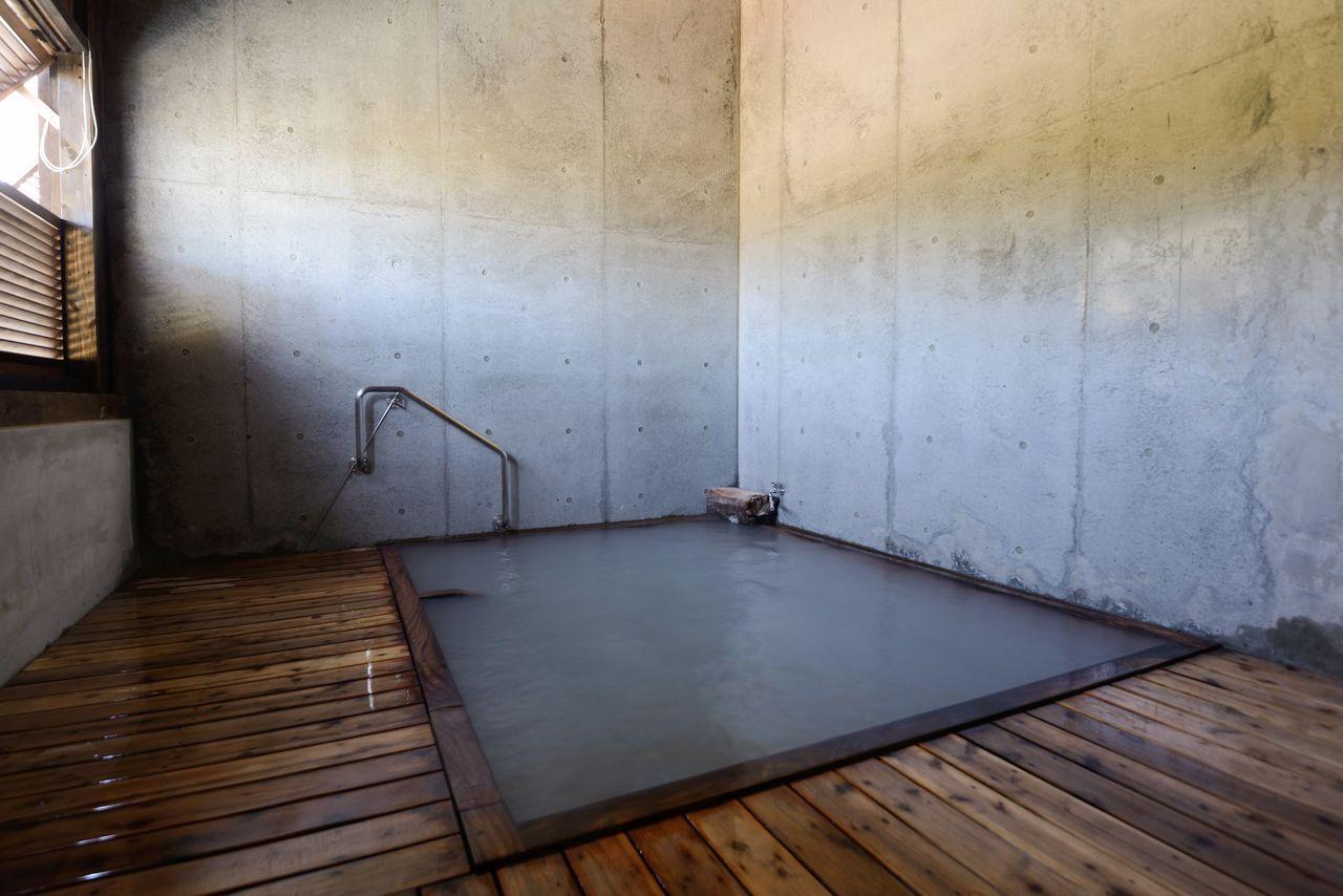 Отремонтированная крытая купальня беспрерывно наполняется водой из источника