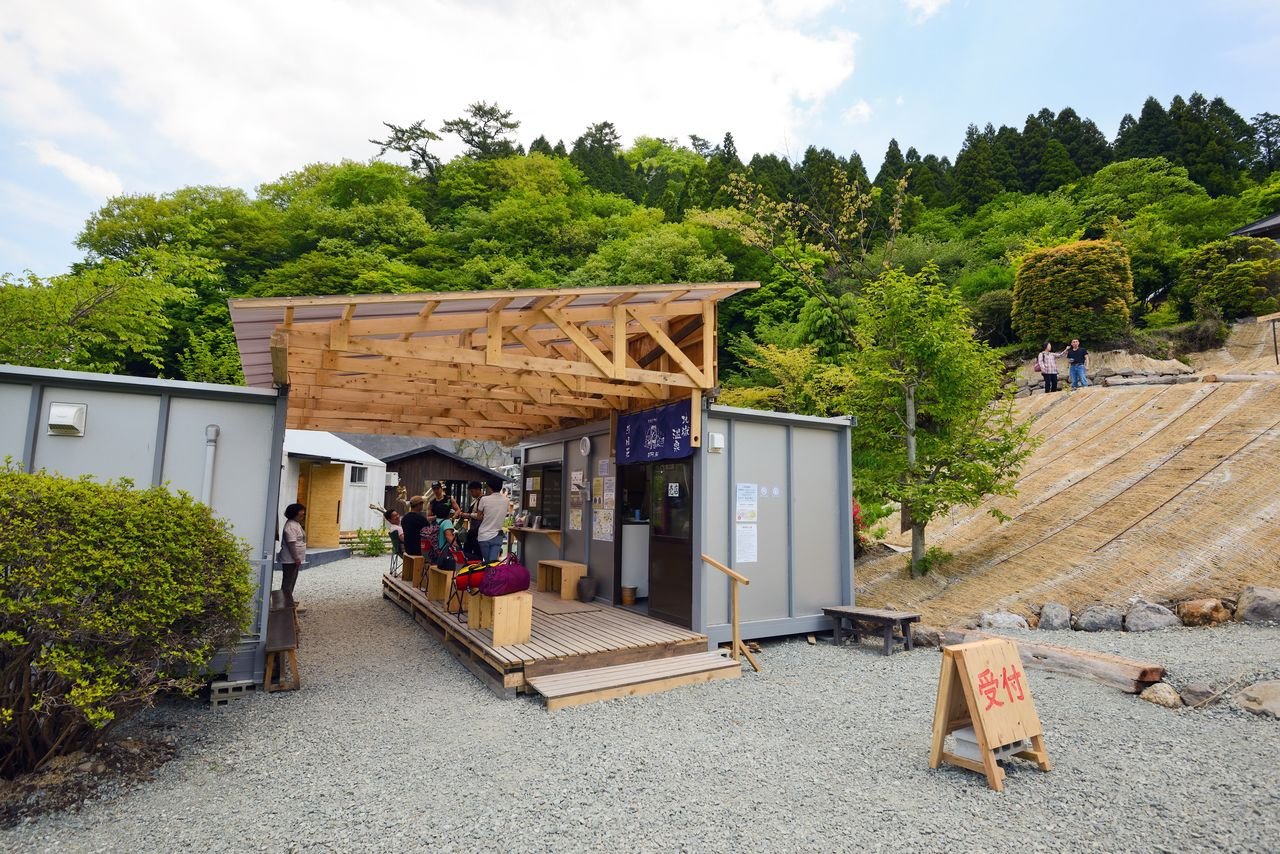 Эта временная стойка также служит сувенирным магазином, где продаются сувениры Минамиасо