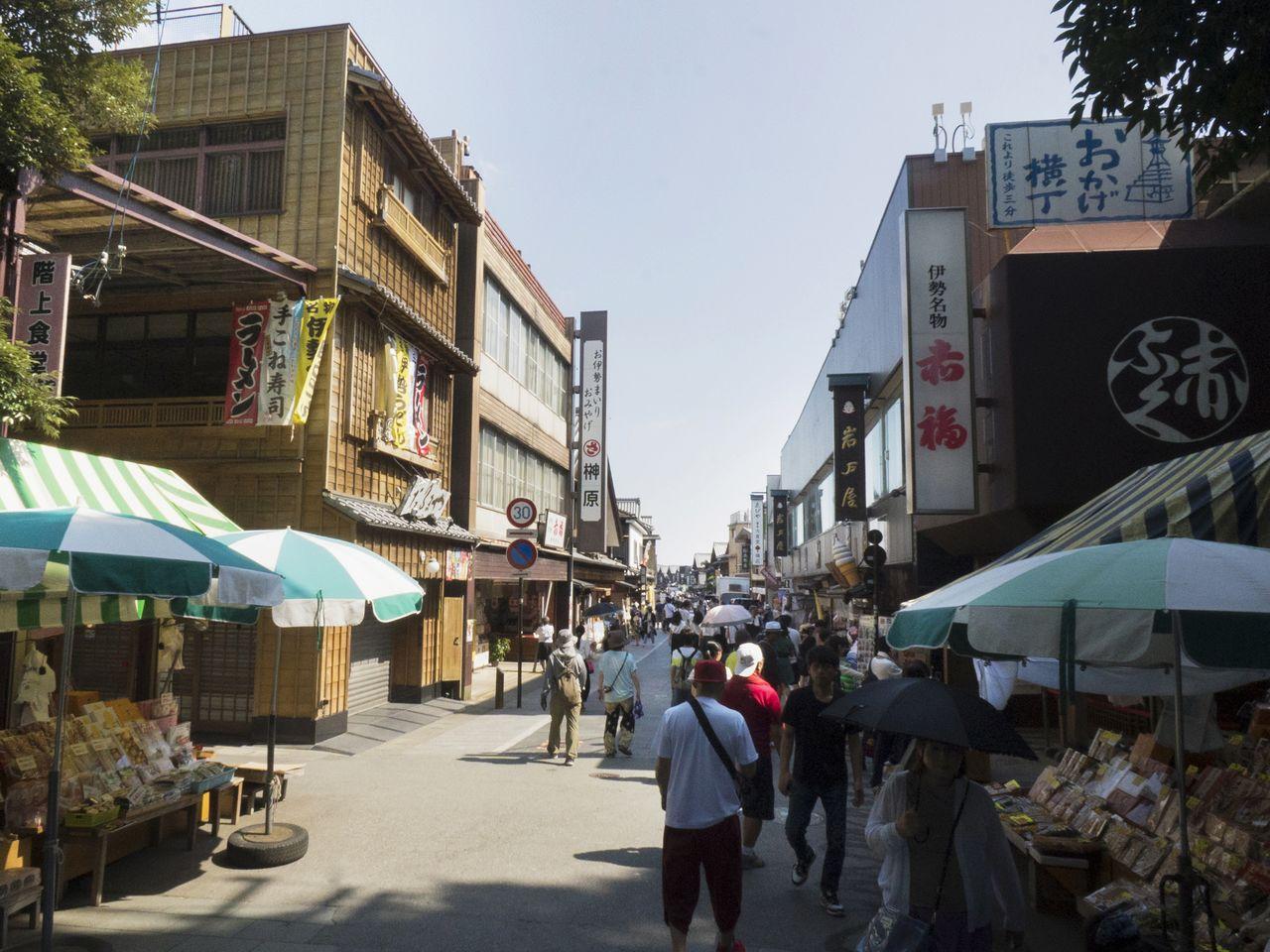 Проход из Найку (Внутреннего святилища) в Охараимати. Сверху справа расположен знак, указывающий, что Окагэ-ёкотё находится в трех минутах ходьбы от этого места