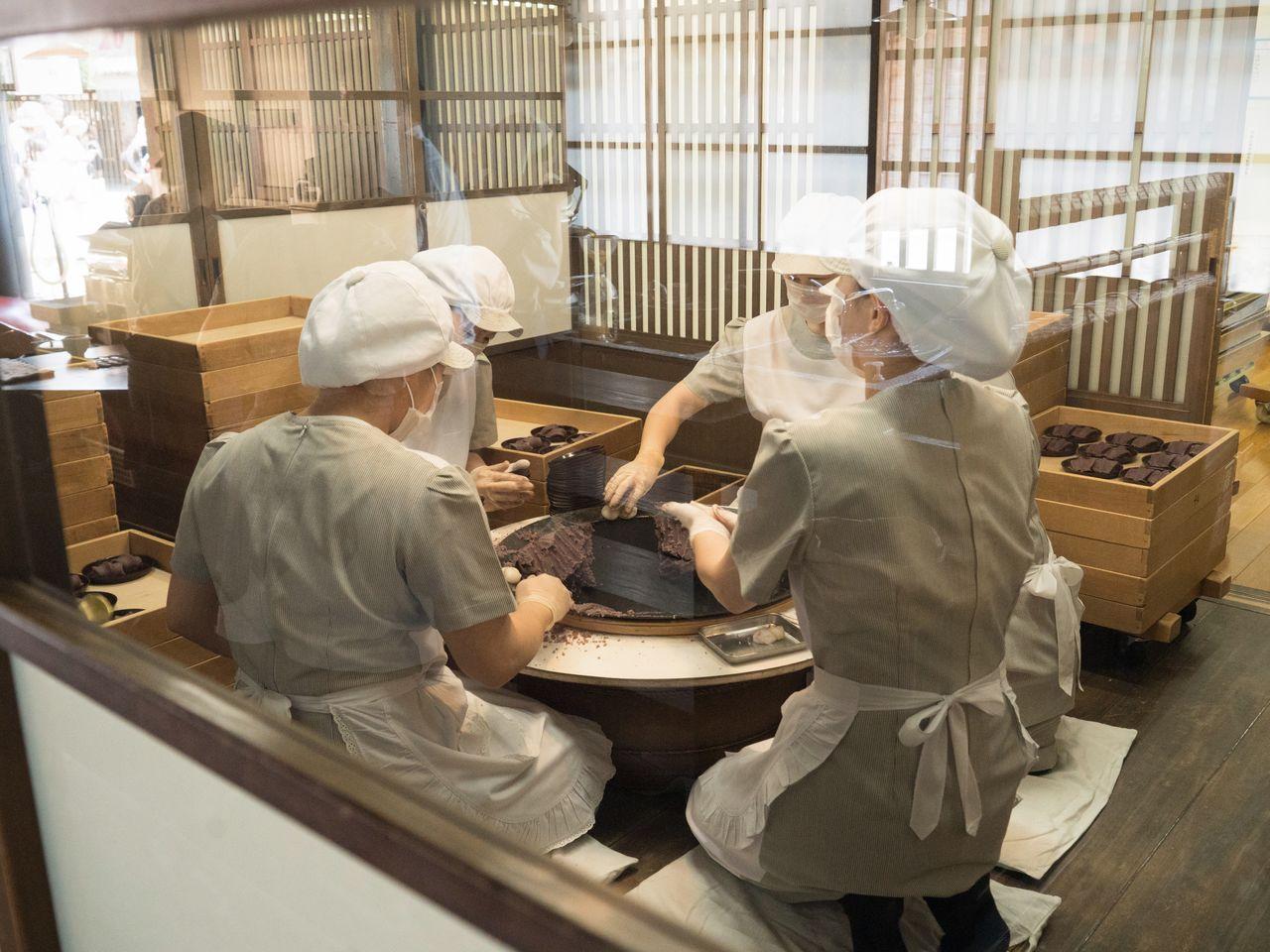 Посетители могут наблюдать за мастерами, которые делают моти вручную