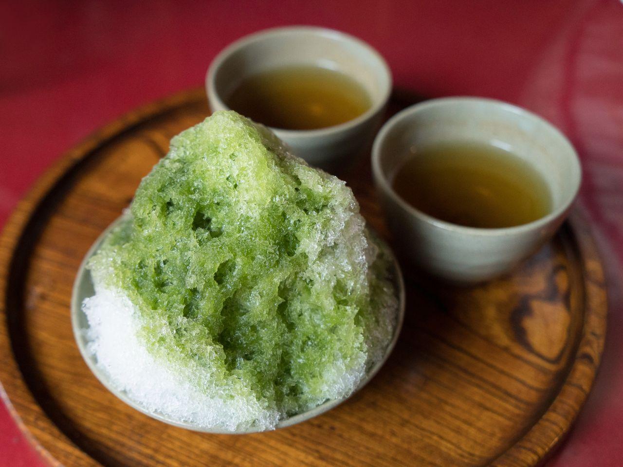 Ледяной десерт «Акафуку» продаётся только в летний период и стоит 520 йен. Бобовую пасту и моти засыпают ледяной стружкой, политую сиропом с чаем маття