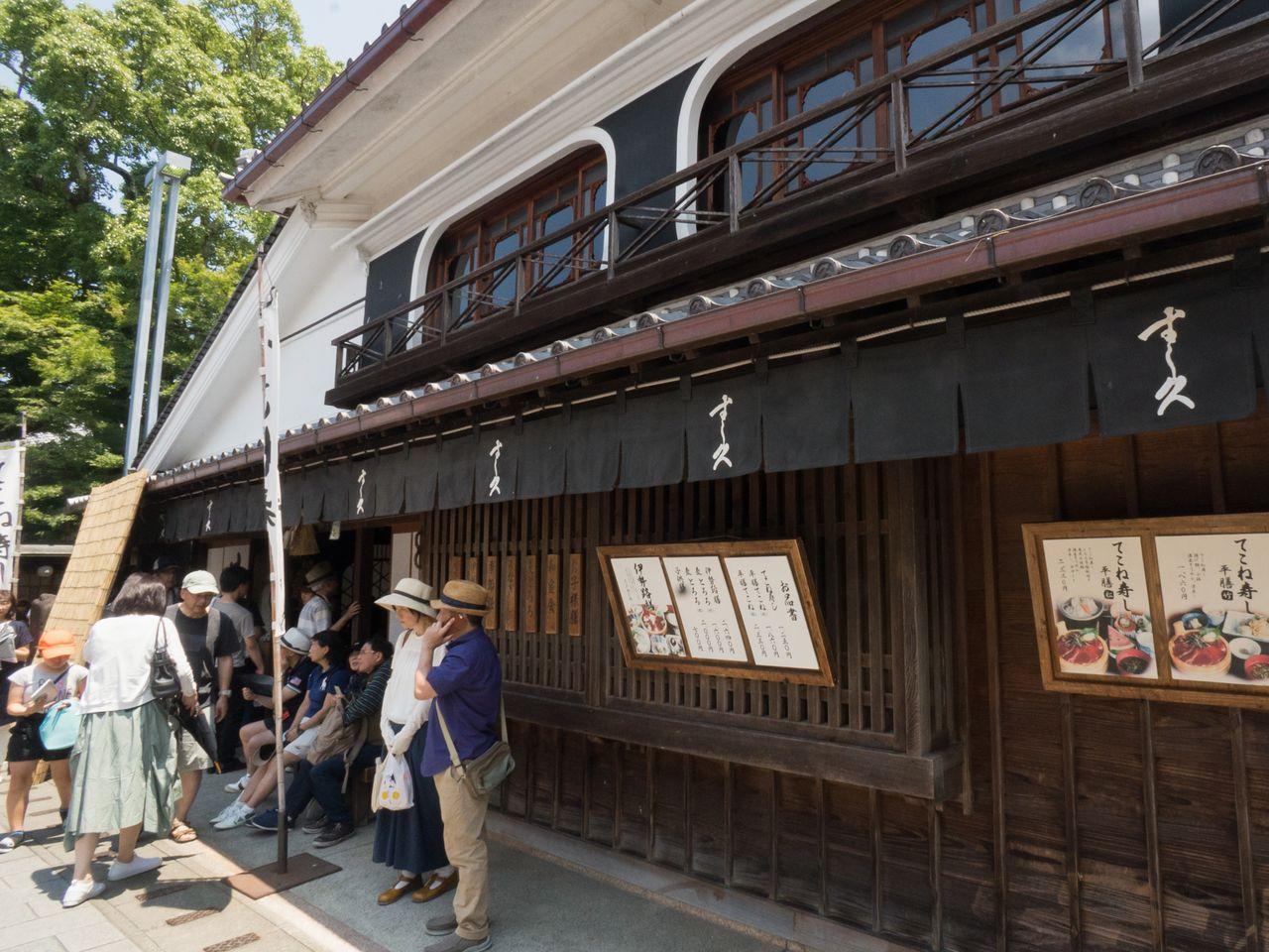 В ресторане «Суси-кю» предлагают ряд местных блюд