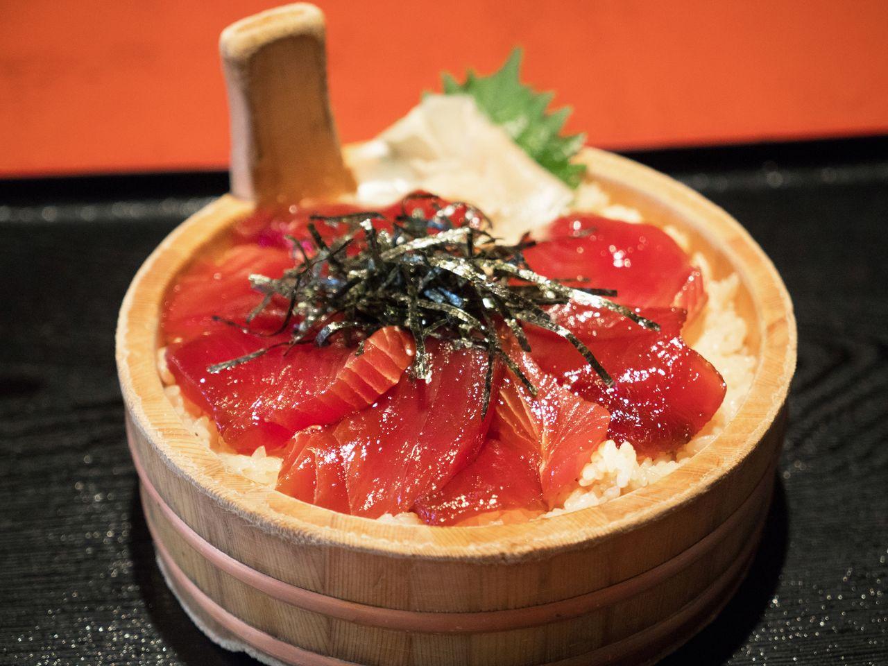 Тэконэ-дзуси подаётся в тэокэ – деревянном сервировочном сосуде в форме ковша
