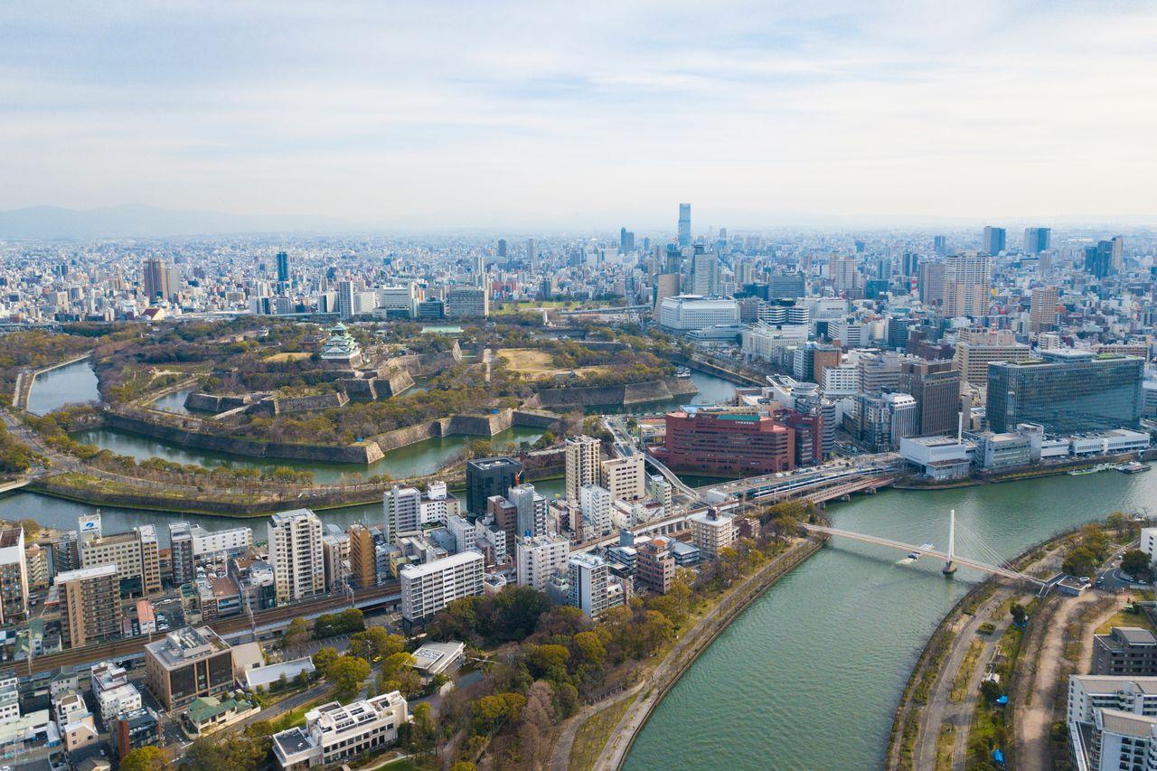 Изобилие водных путей в Осаке. Справа: аквабус Aqua-Liner проходит под мостом через реку Окава