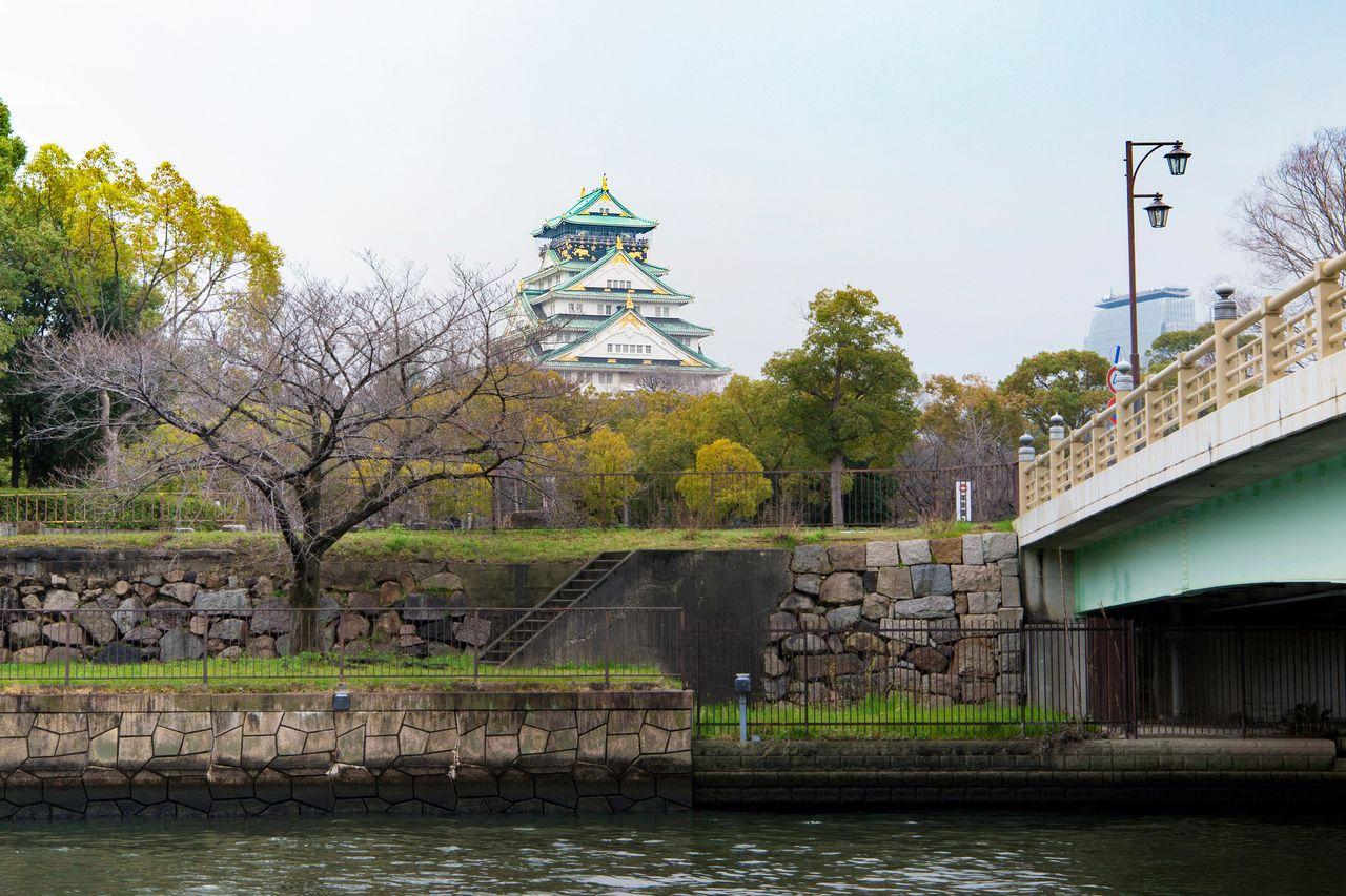 Вид на главную башню замка Осака у моста Синсигино
