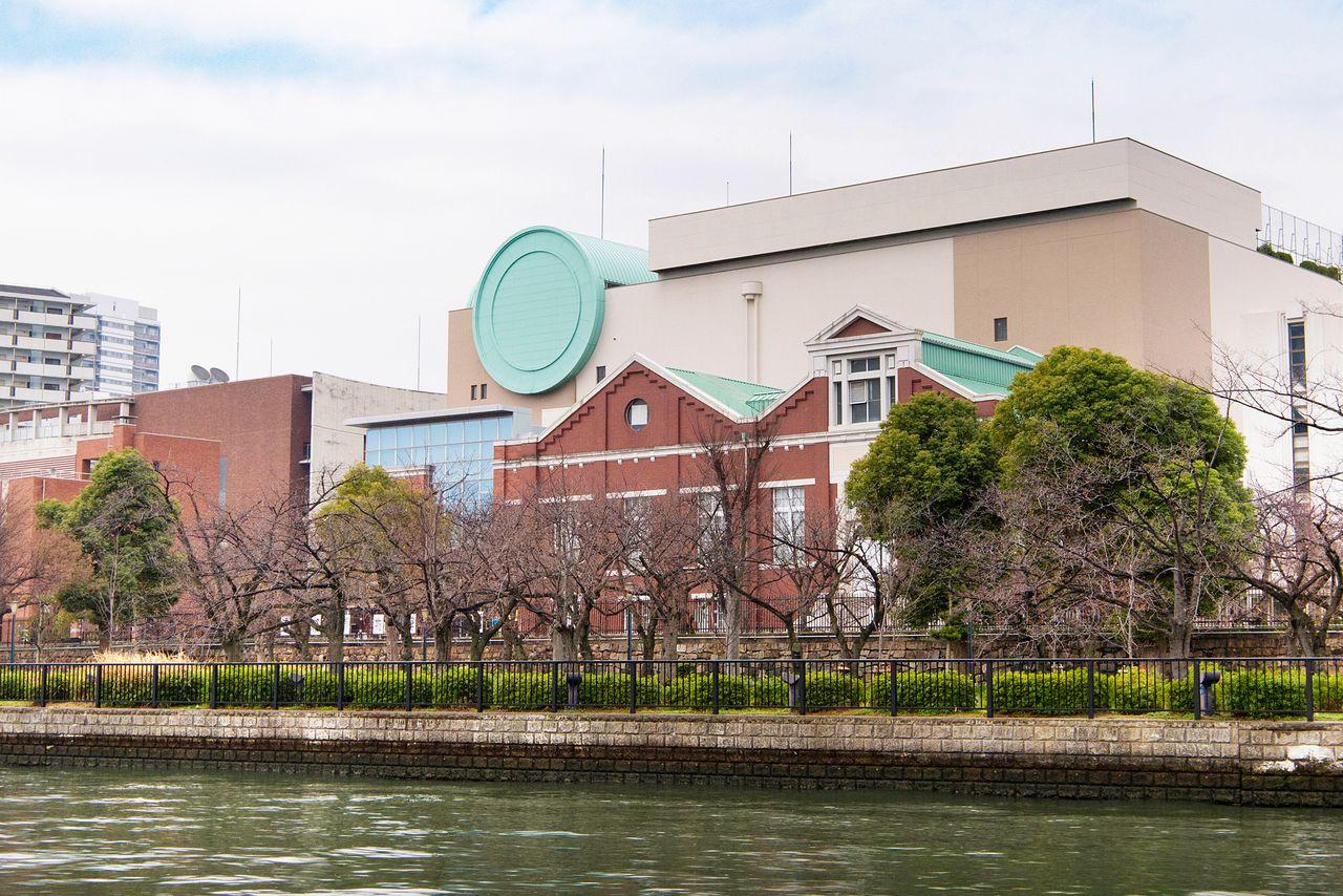 Японский монетный двор, известный своей прибрежной аллеей вишневых деревьев, находится к северу от пирса Парка развлечений Осаки
