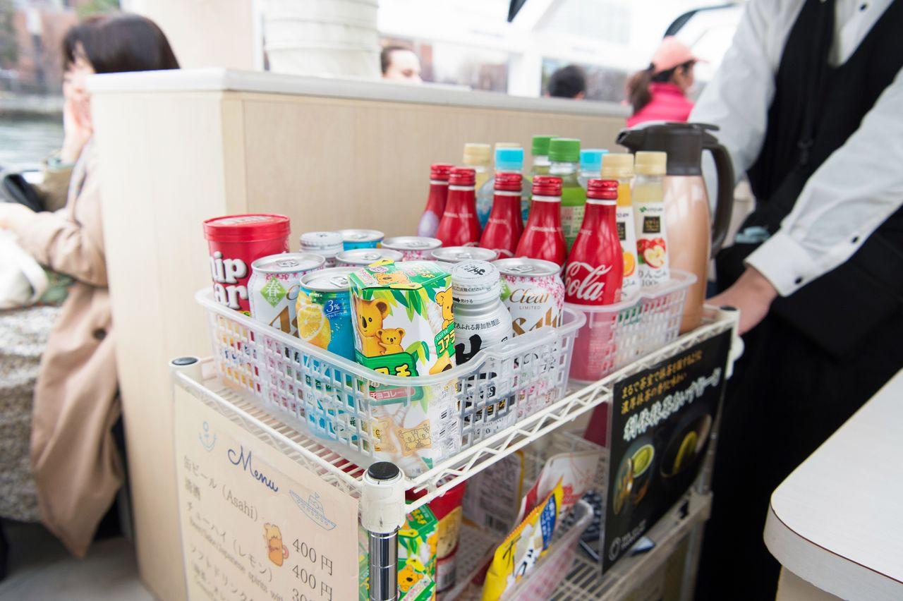 На Aqua-Liner имеются в продаже напитки и закуски. Здесь также можно купить пиво и другие алкогольные напитки