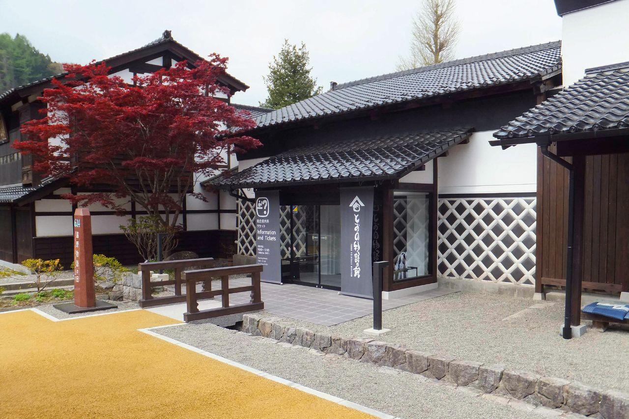 Мукаси-банаси-гура – бывшее хранилище завода сакэ (предоставлено Музеем народных легенд Тоно)