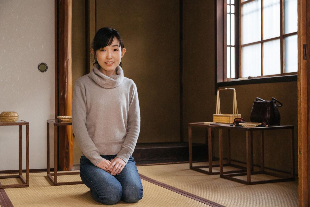 Огура в своей мастерской в старом доме в Киото