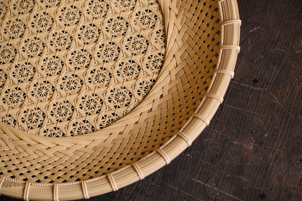 На этой белой бамбуковой чаше, если рассматривать её на просвет, проявляются узоры в виде пионов