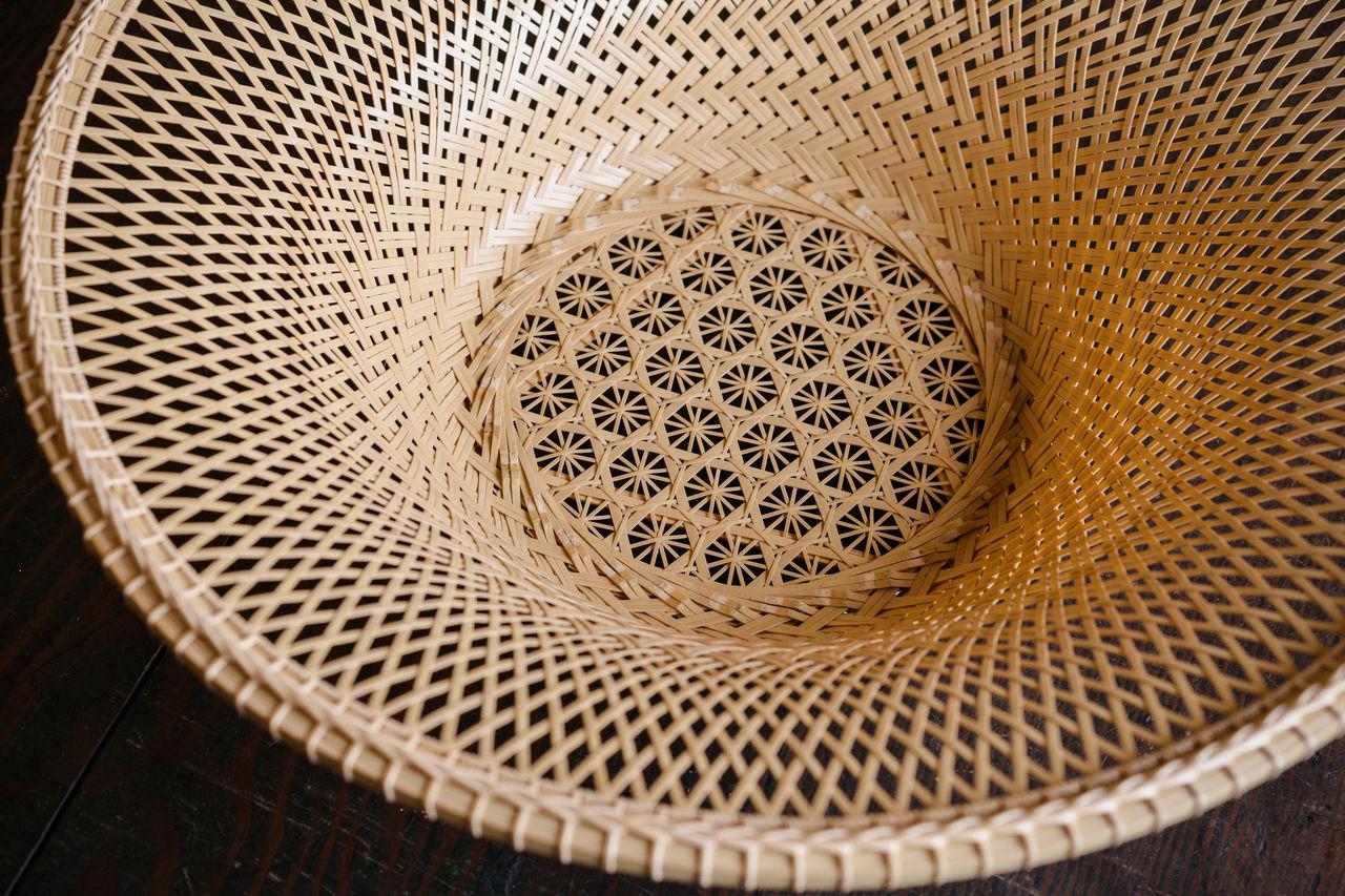 Сервировочная миска из белого бамбука с прекрасным орнаментом, изображающим хризантемы