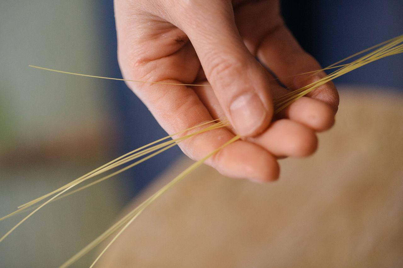 Огура делает тонкие бамбуковые нити вручную