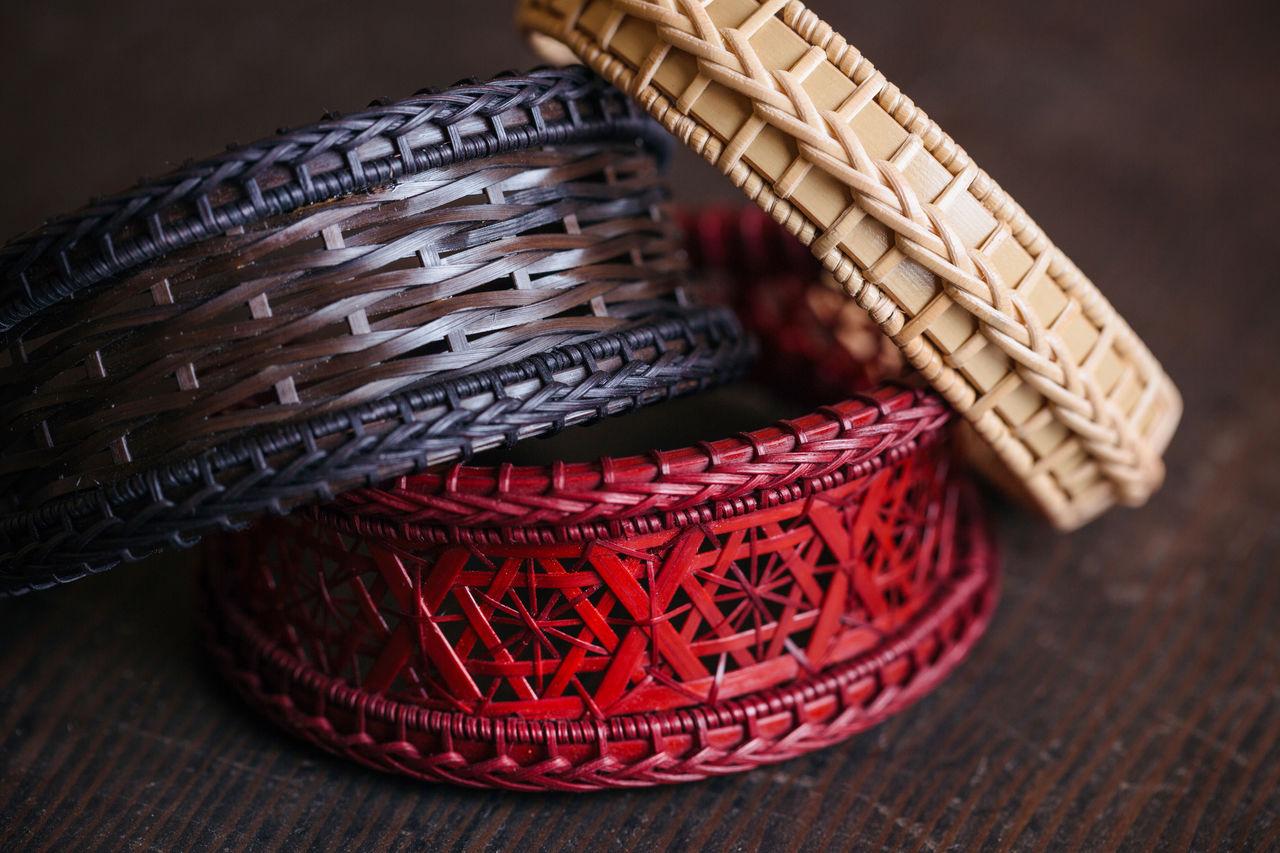Современная красота плетёного бамбука с его изысканными формами и цветами привлекает внимание. Мотивы пиона, лавра и сосны выражают любовь Огуры к природе