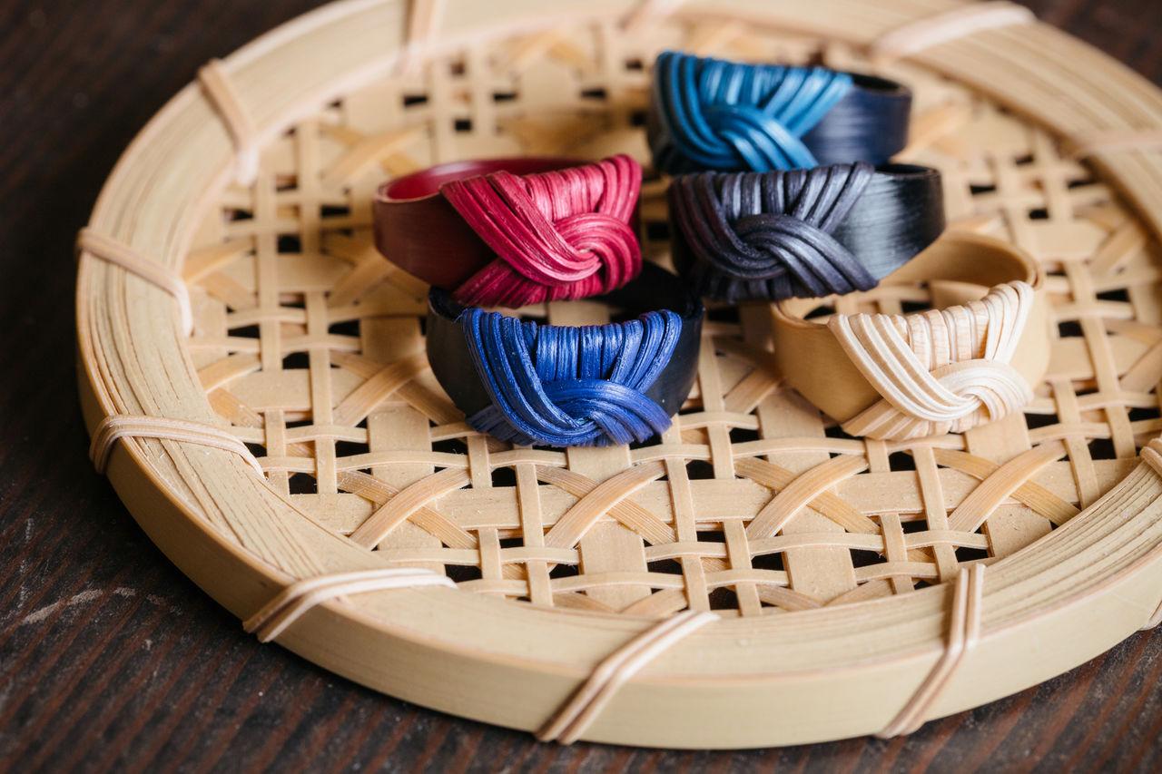 Огура изготавливает собственные краски для своих элегантных колец
