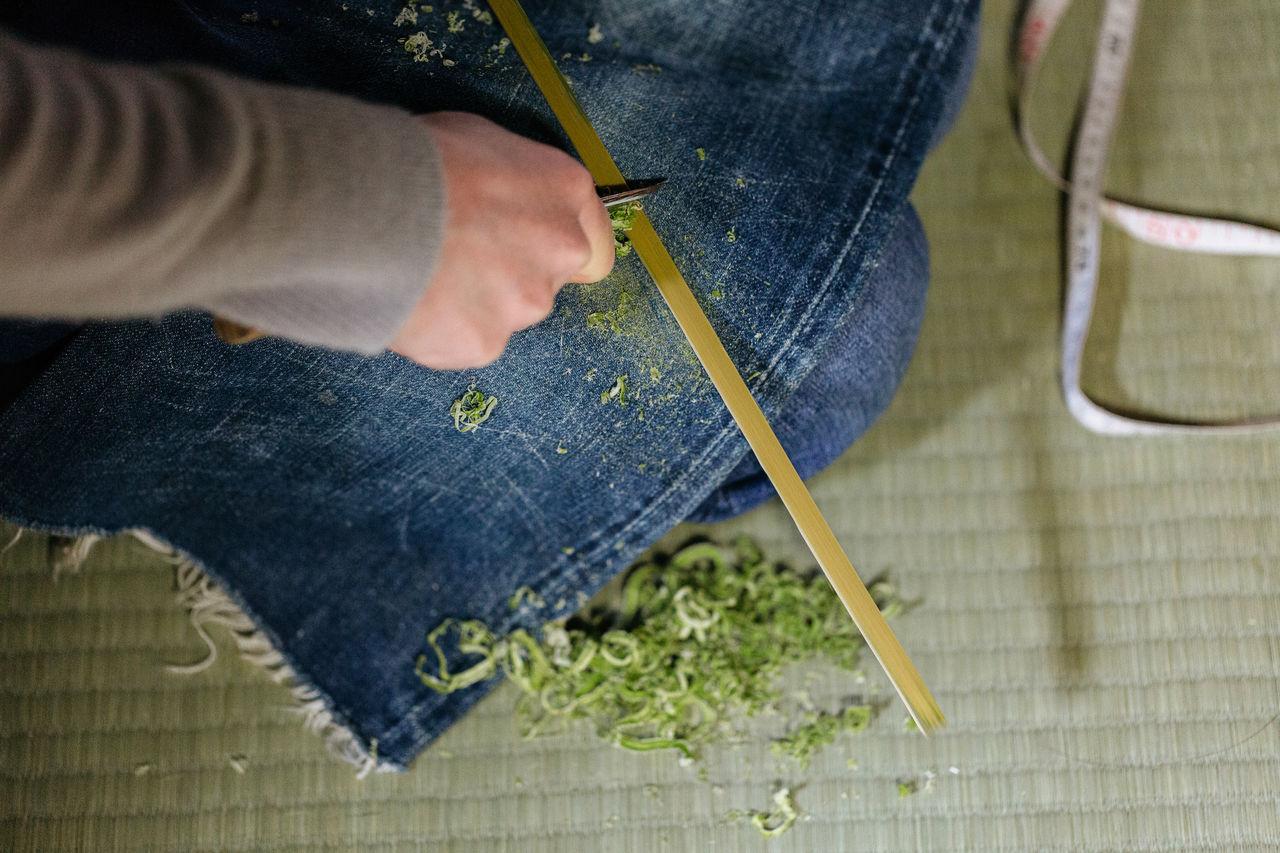 Зачистка зелёного бамбука небольшим ножом