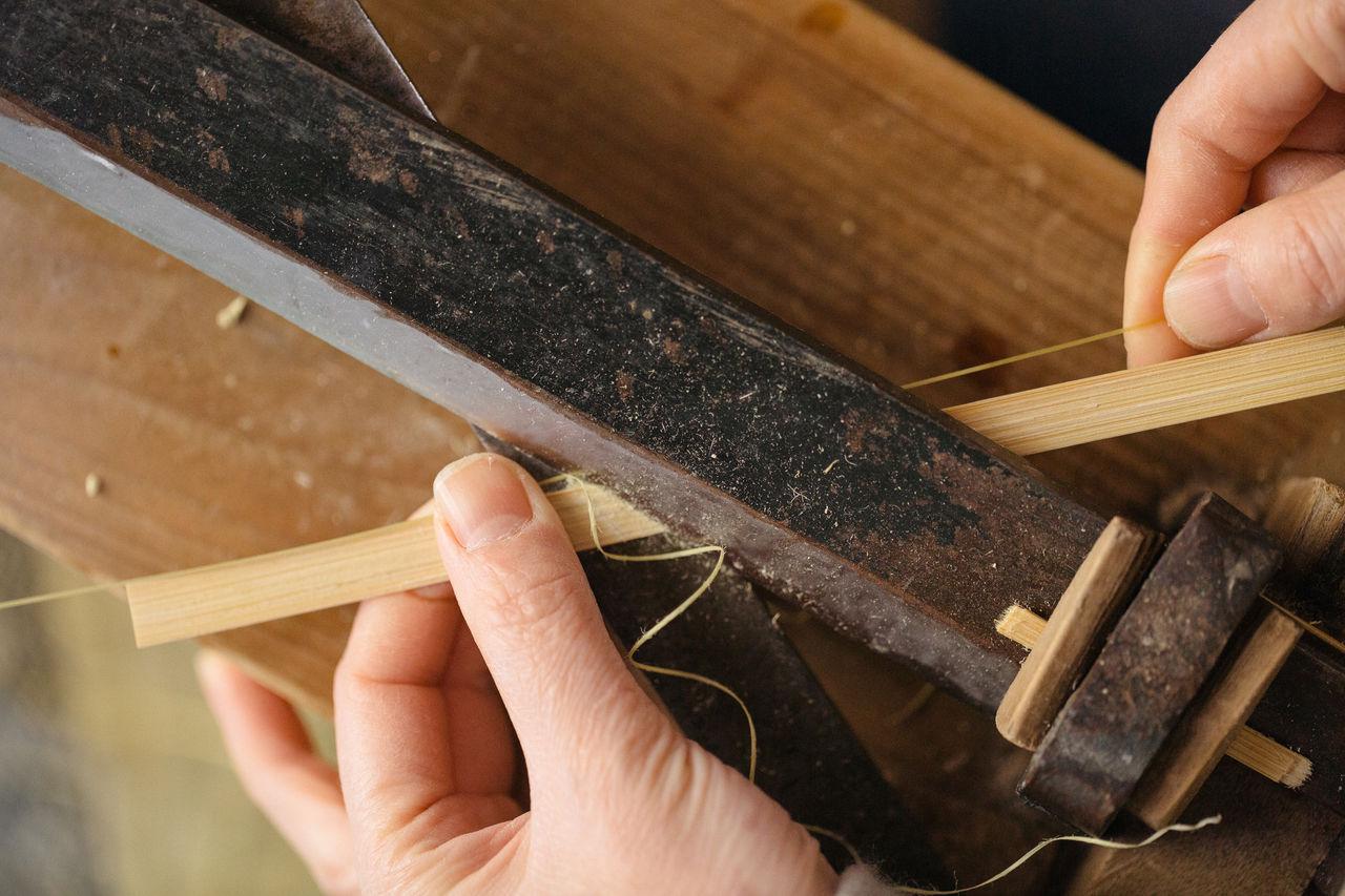 Огура делает нити для использования в своих произведениях