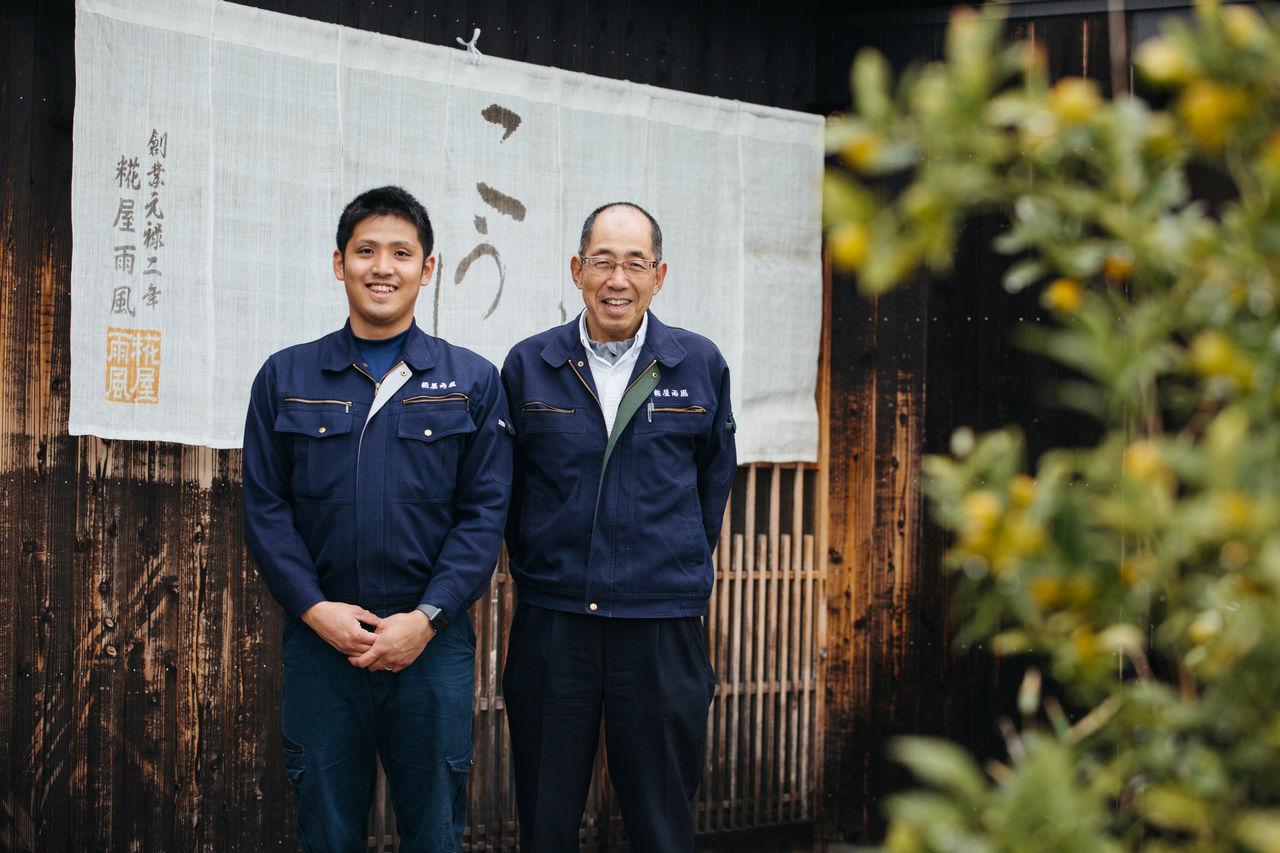 Тоёда Минору (справа), владелец «Кодзия амэкадзэ» в пятнадцатом поколении, со своим сыном Нобухиро. Магазин является семейным бизнесом