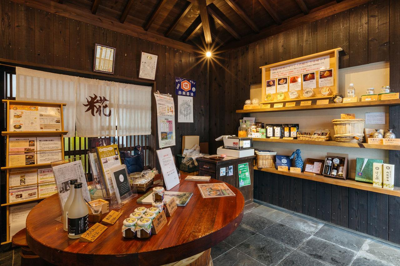 В магазине «Кодзия амэкадзэ» на полках выставлены продукты, приготовленные из культуры кодзи, выращенной на территории компании, в том числе мисо, соевый соус и амадзакэ (сладкий ферментированный напиток из риса)