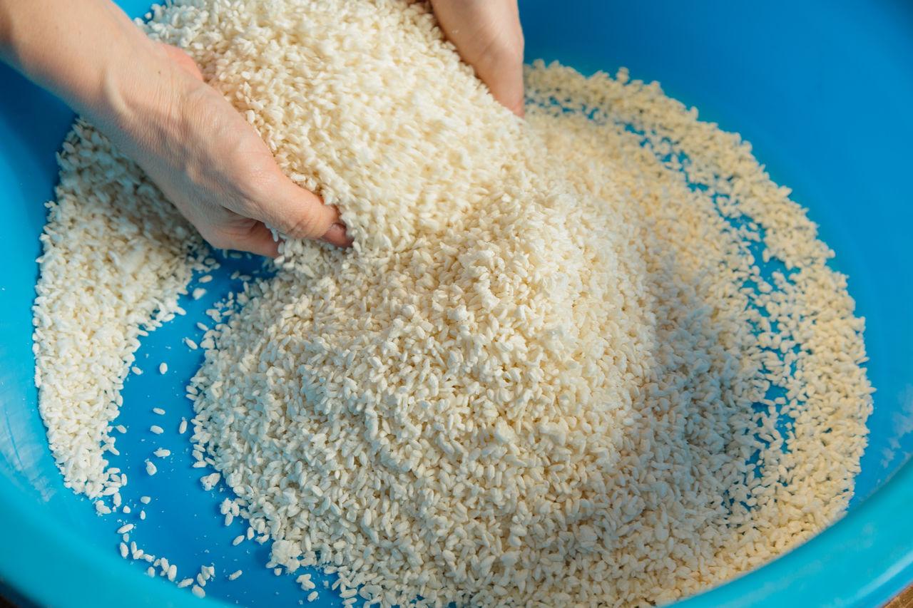 В смесь добавляют пасту из соевых бобов