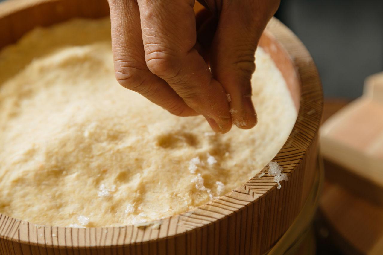 В конце процесса мисо посыпают солью