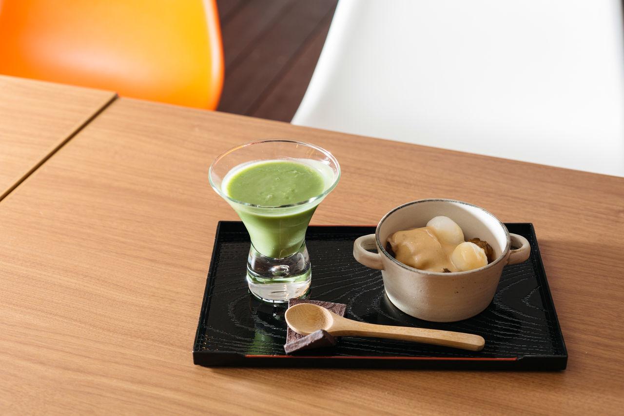 Набор из десерта и напитка: амадзакэ сиратама (рисовые лепёшки со сладким рисовым соусом) и напиток из зелёного чая маття; 864 йены (включая налог; данные за июнь 2018 г.)