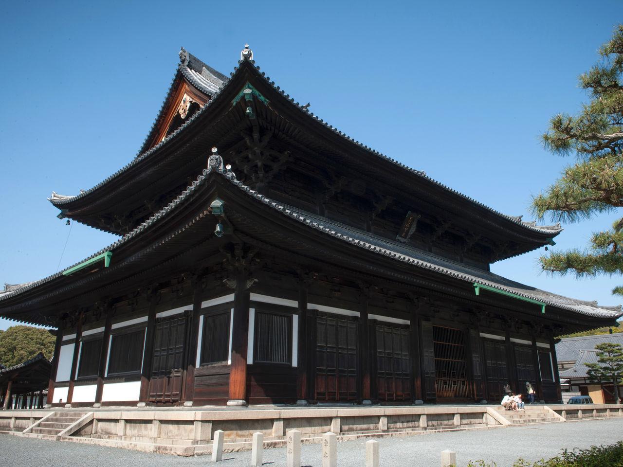 Деревянное здание главного зала (хондо) Тофукудзи с 41,4-метровым фасадом; оно было перестроено в двадцатом веке. Слева – вход на мост Цутэнкё