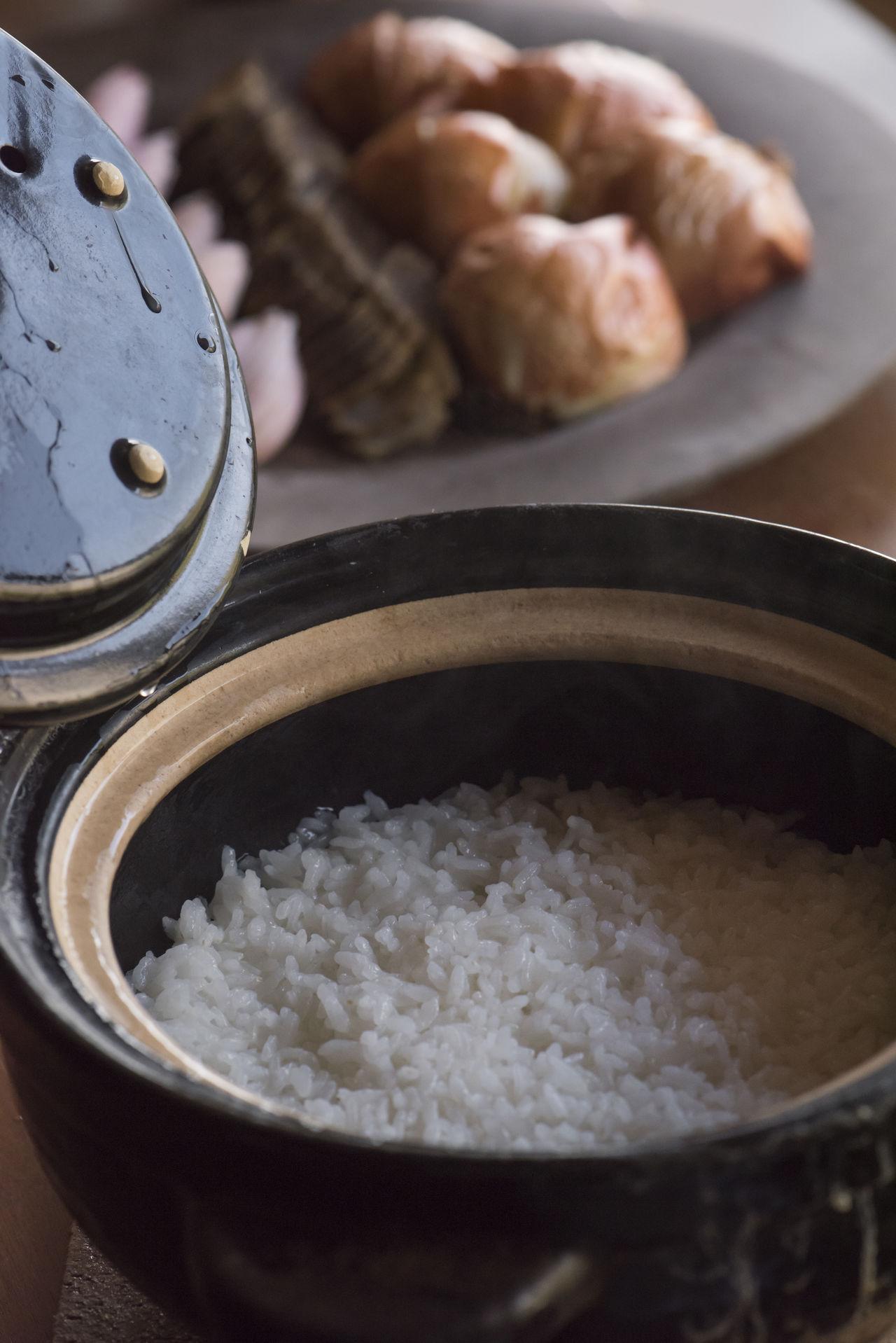 Рис в керамической посуде