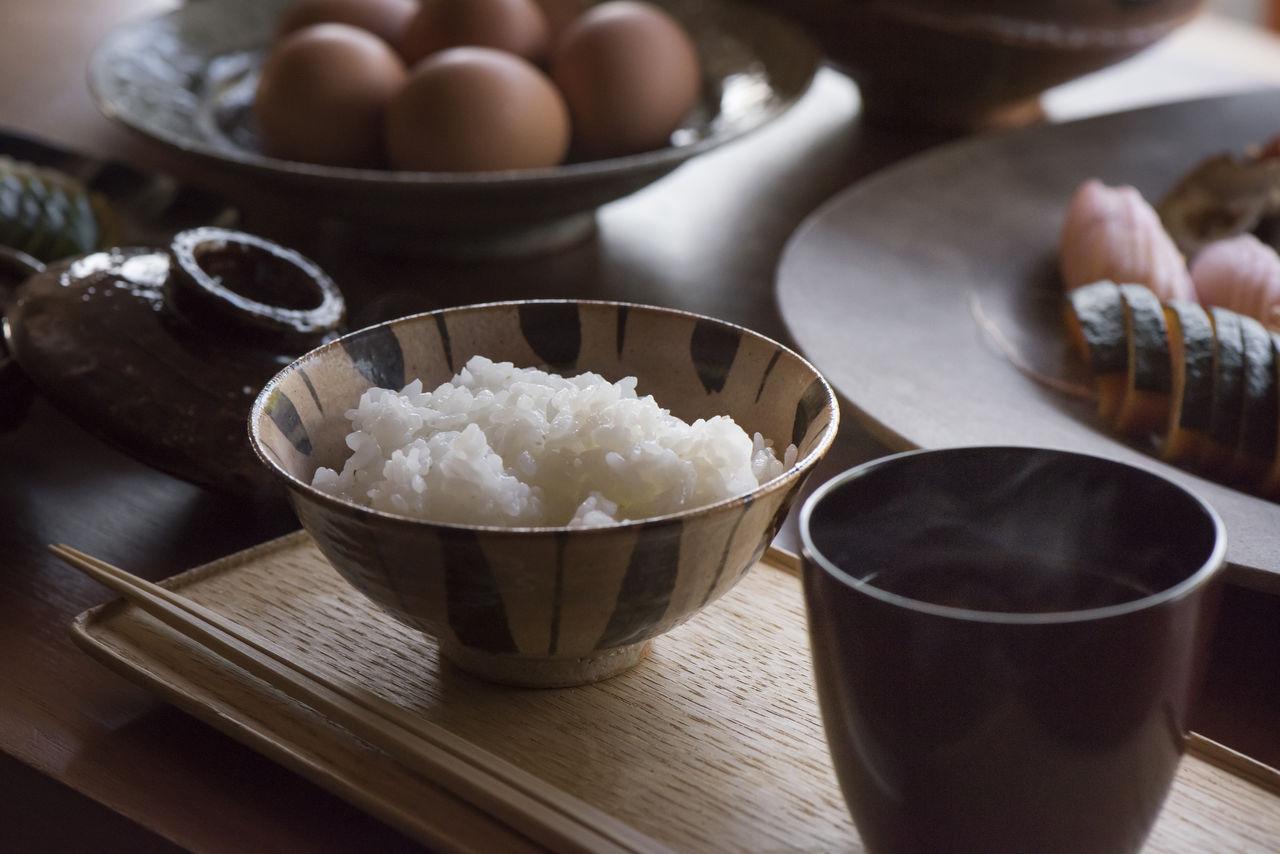 Посуда ручной работы японских мастеров перекликается с темой повседневной, домашней элегантности «Тан»