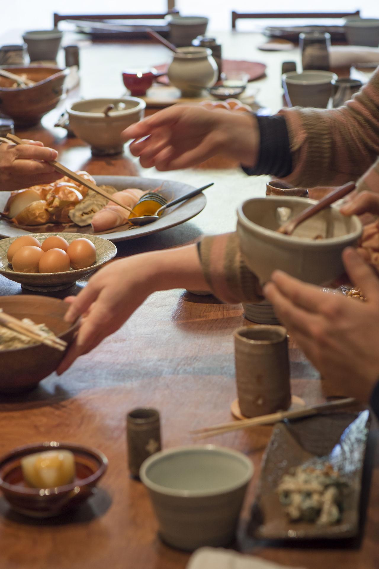 Во время завтрака в «Тан» посетители быстро налаживают контакт за общим столом