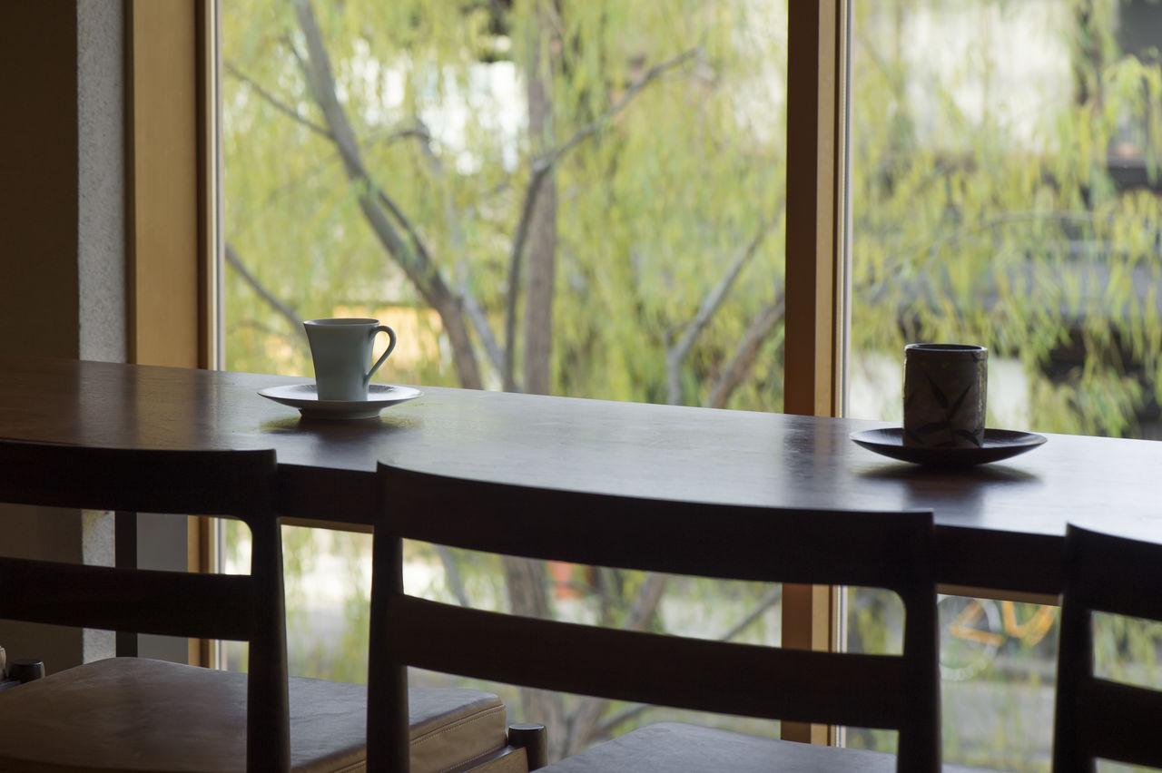 На втором этаже гости могут отдохнуть за чашечкой кофе, наслаждаясь пейзажами канала Сиракава