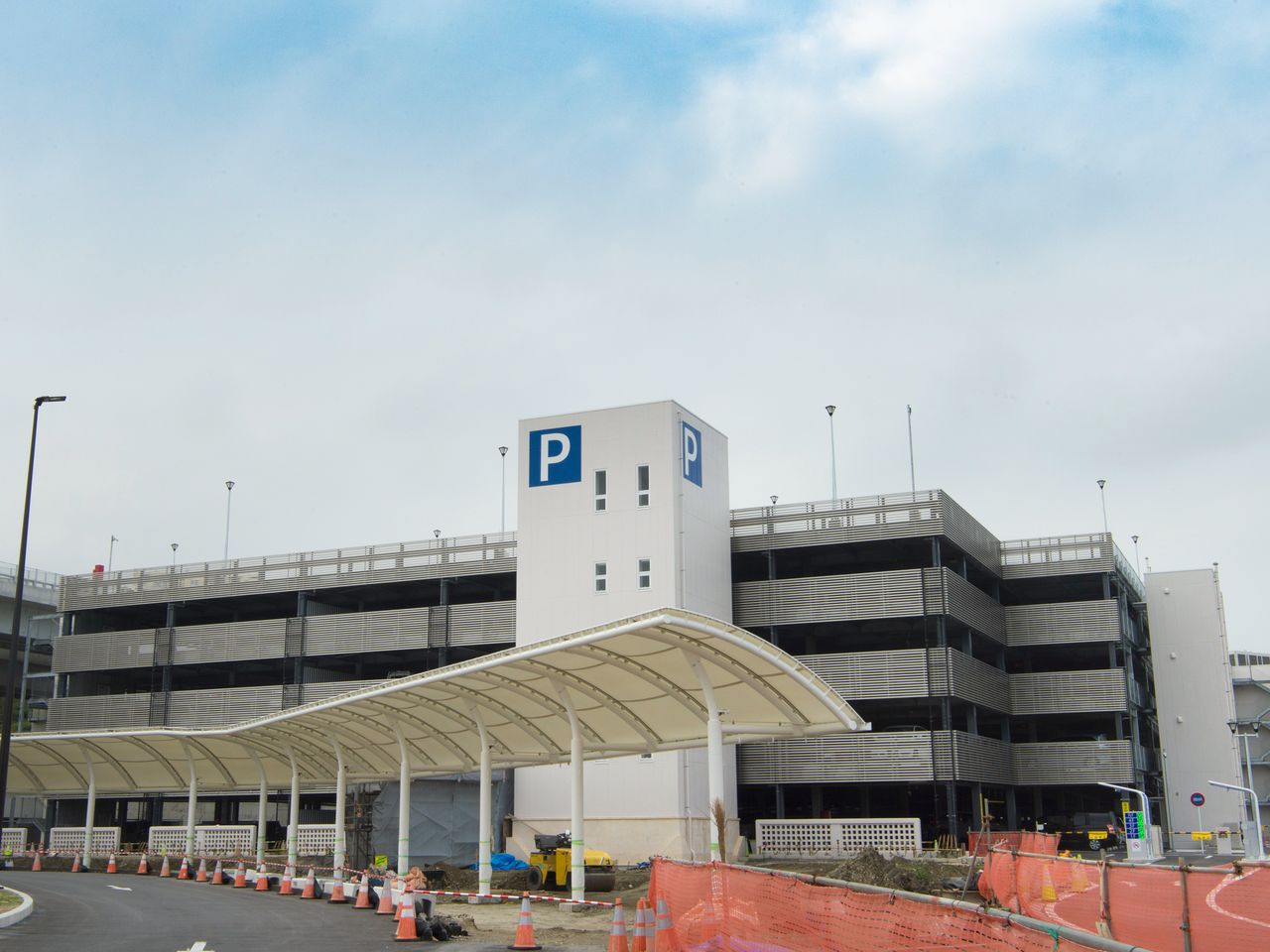 Автостоянка на конечной станции открыта с 5 утра до 1 часу ночи. Доступные цены на парковку (100 йен за час, 400 йен за день, 260 йен за ночь) позволяют оставить здесь машину на несколько дней
