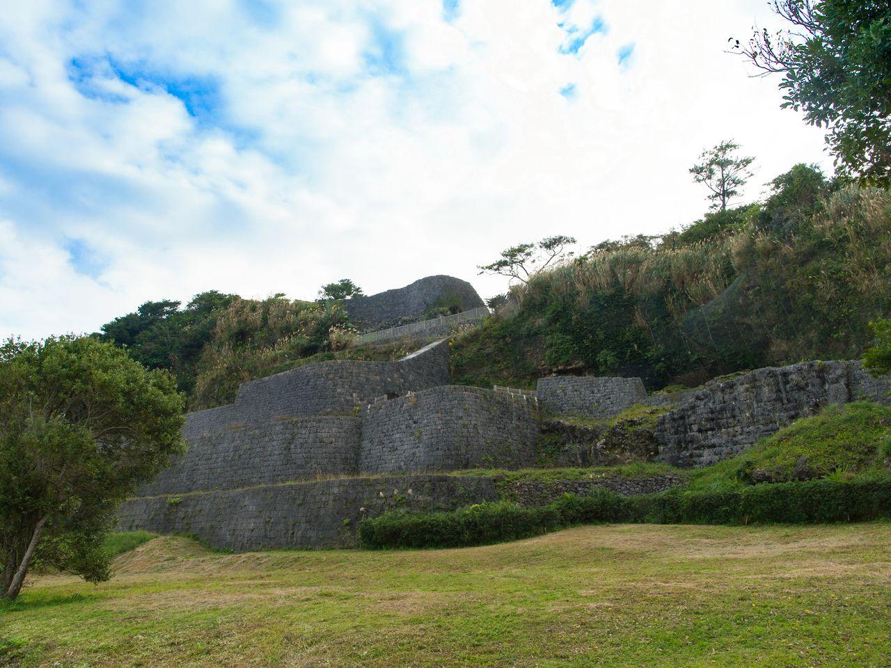 Руины замка Урасоэ гусуку входят в состав разбитого на холмах парка Урасоэ. На местном диалекте «гусуку» – это «замок». Руины мощных каменных стен производят незабываемое впечатление