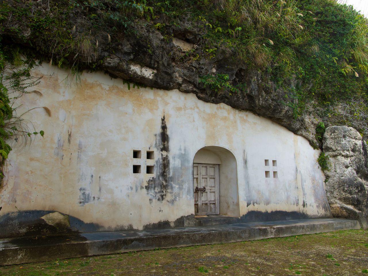 Западный мавзолей Урасукэ Ёдорэ – могила короля Эйсо (1229-1299). Слово «ёдорэ» обозначает «вечерний штиль», а закат на море в безветренную погоду отождествляется с раем