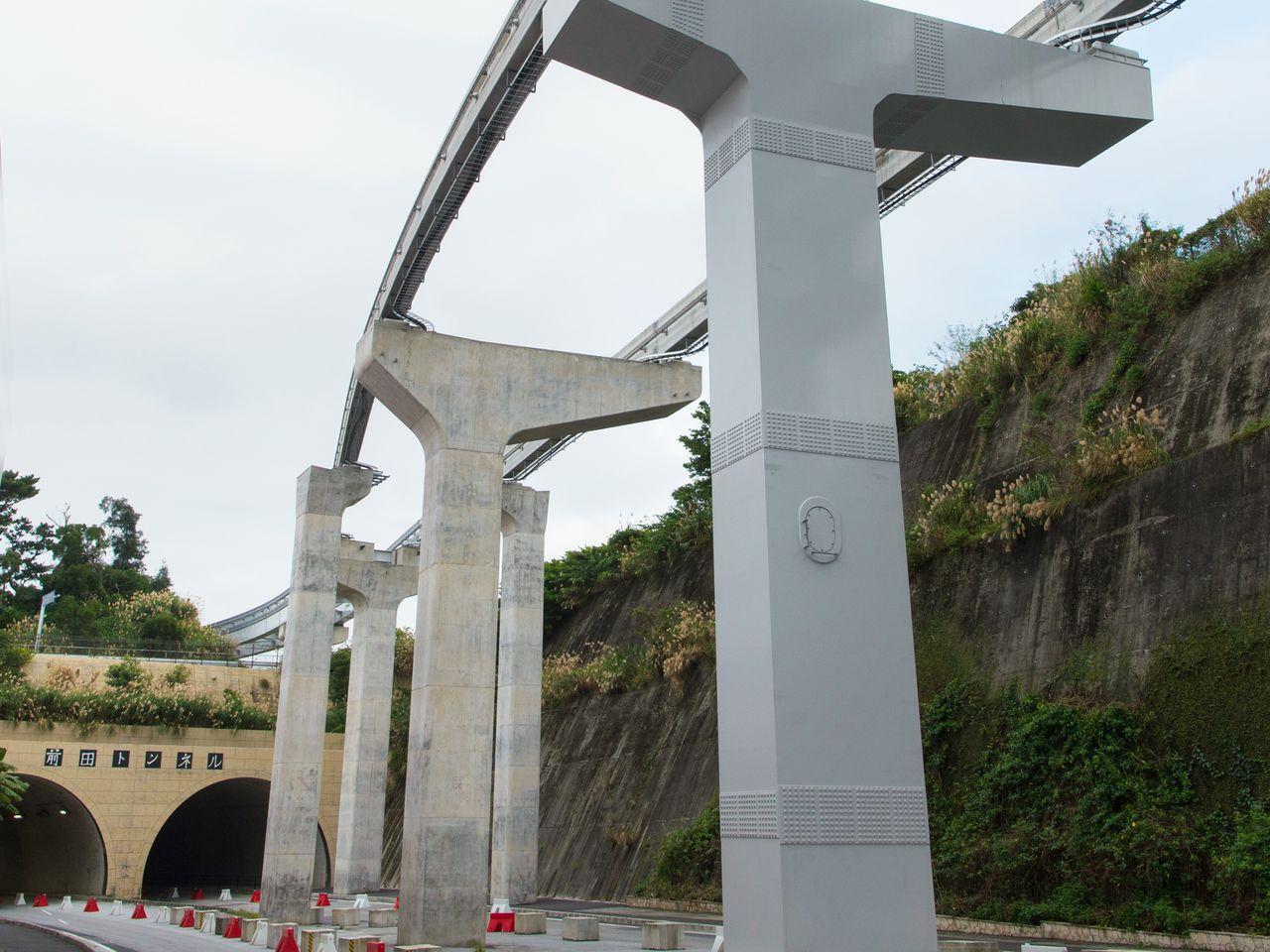 Железнодорожная линия бережно огибает тоннель Маэда, на крыше которого расположена могила Тамагусуку Тёкун