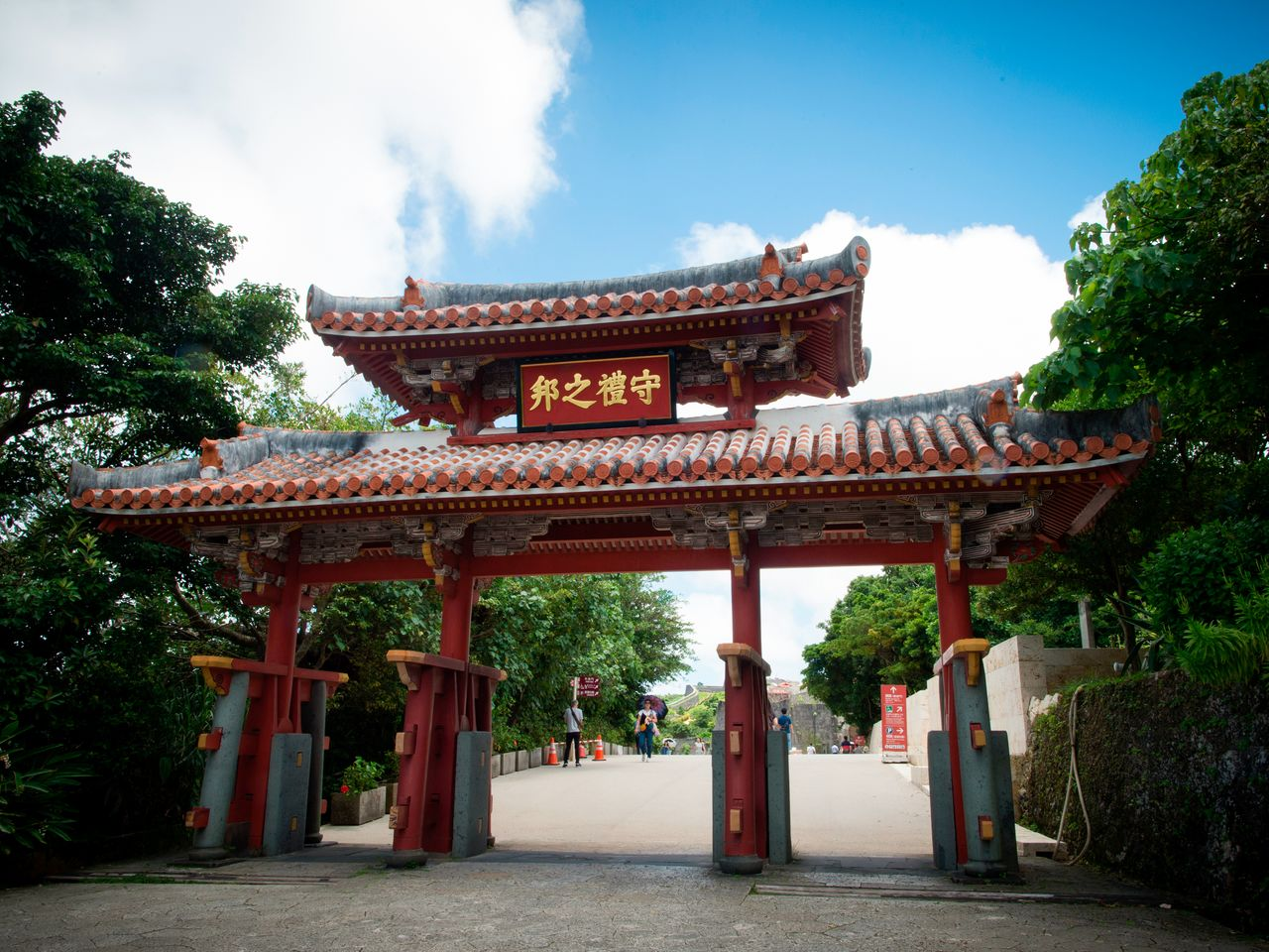 Элегантные ворота Сюрэймон на входе в замок Сюридзё. На табличке надпись «На Рюкю почитают этикет»