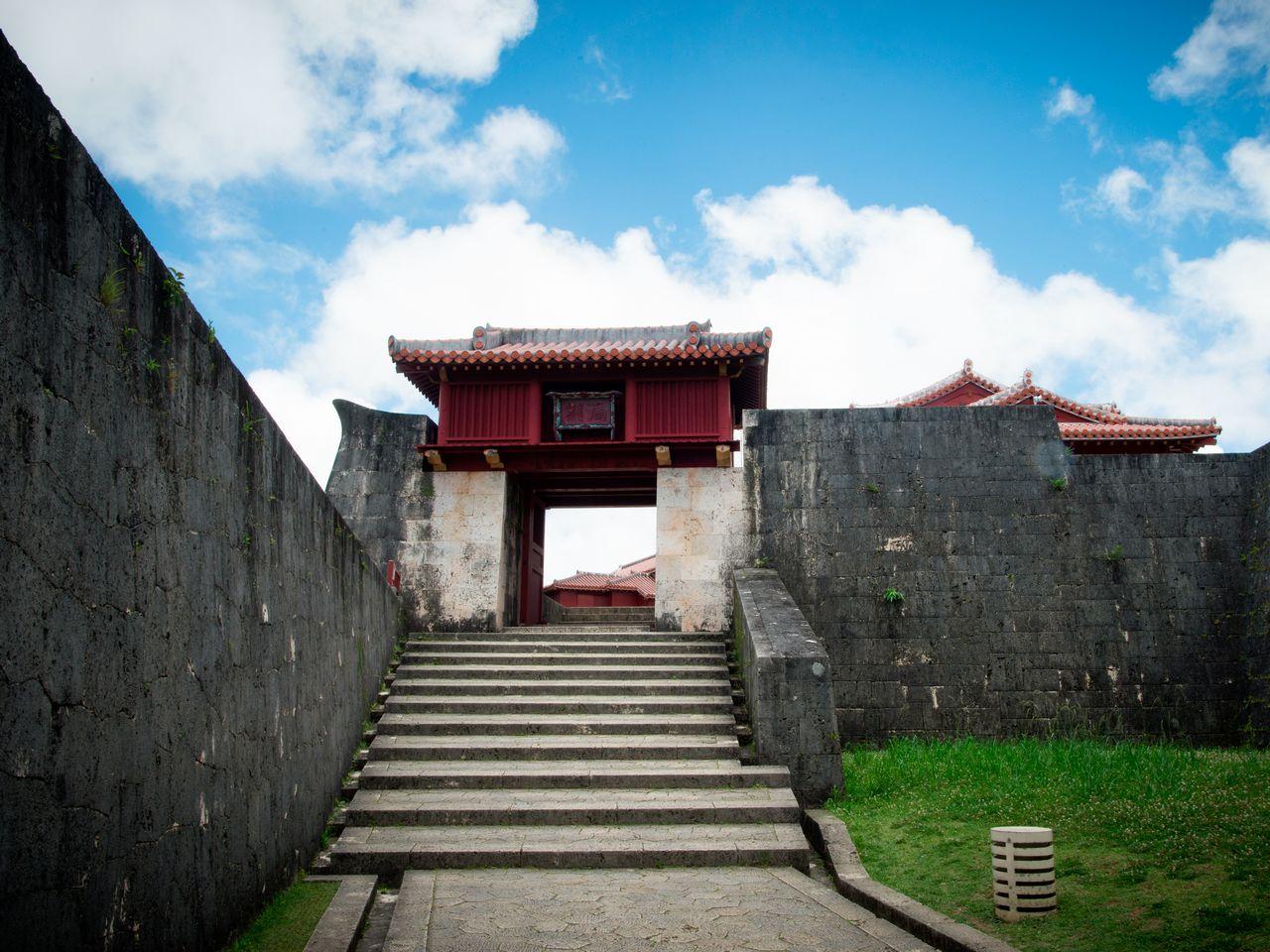 В замке Сюридзё имеется множество ворот и каменных стен. При укладке стен на Окинаве использовали континентальный метод, поэтому они заметно отличаются от стен на других островах японского архипелага. На фото – ворота Рококу («водяные часы»). В древности время определяли по объёму воды, капающей из установленной на башне бочки