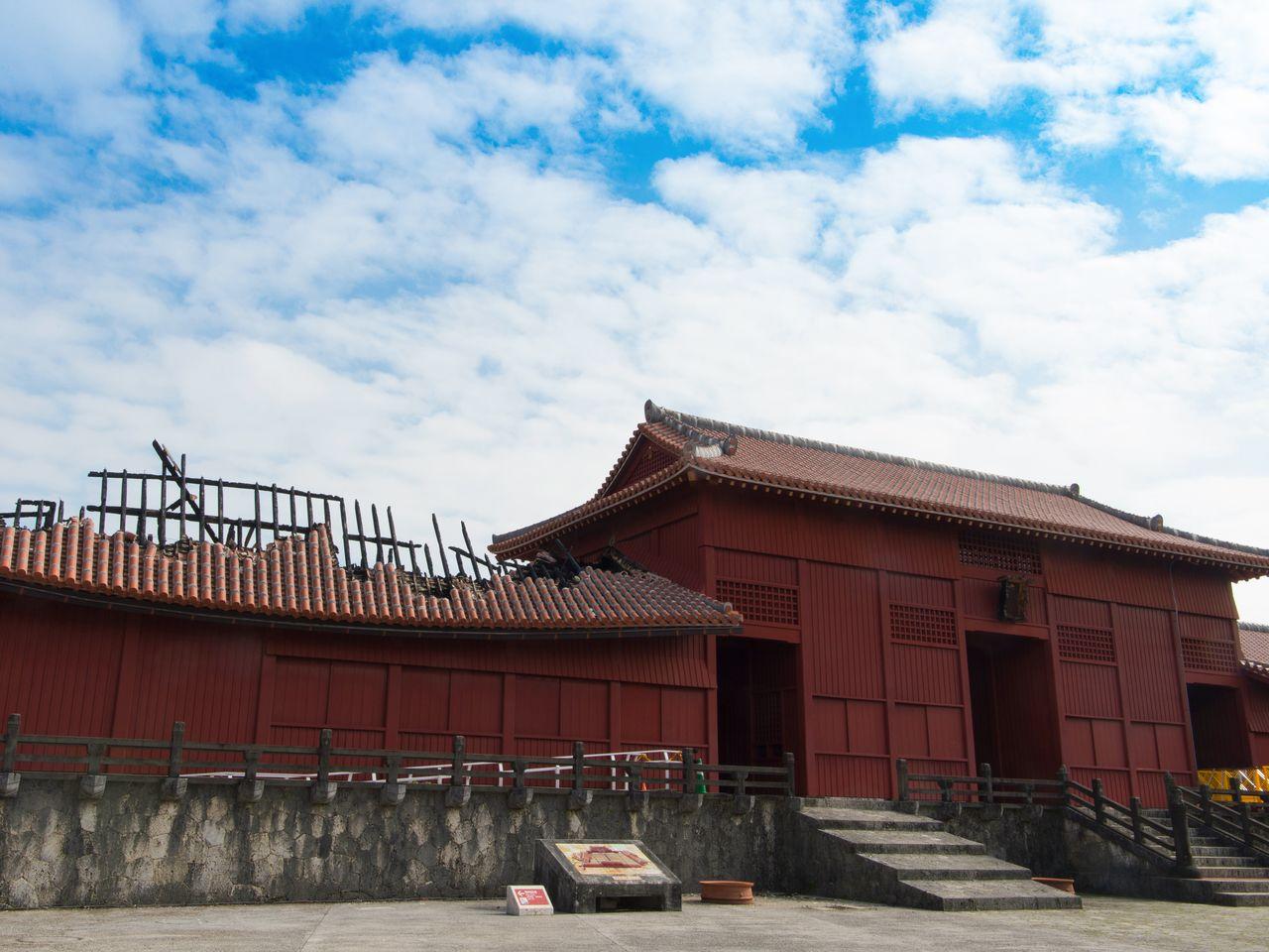 Ворота Хосин-мон перед главным зданием замка Сюридзё тоже пострадали от пожара. По состоянию на январь 2020 года посетители допускаются в сад Ситянуна и могут осмотреть 80% территории замка