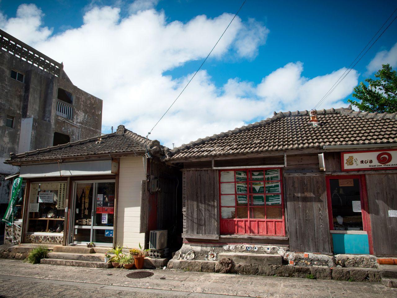 Старинные дома и магазинчики на улице Ятимун-дори