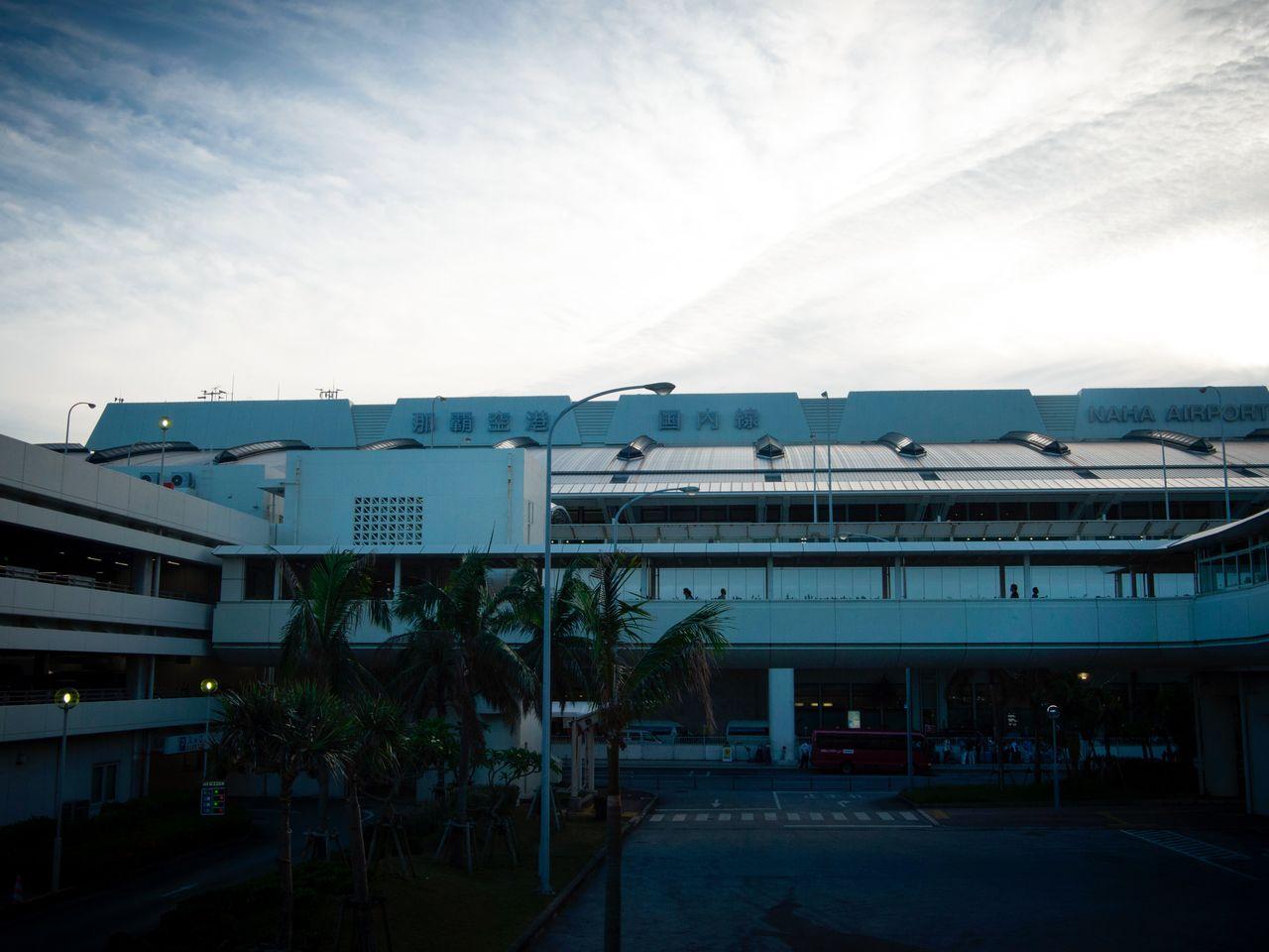 Станция монорельса сообщается с аэропортом Наха, поэтому многие прилетающие на Окинаву туристы начинают своё знакомство с островом с помощью «Юи-рейл»