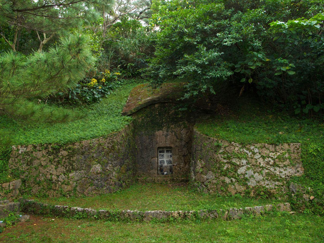 Могила Тамагусуку Тёкун, сложенная из шестиугольных каменных плит, похожа на панцирь черепахи