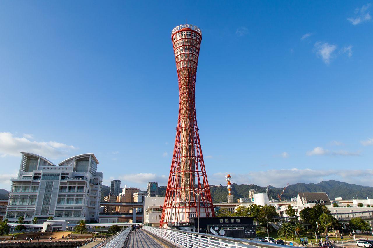 «Кобэ Порт Тауэр» – одна из основных достопримечательностей города. В верхней части башни оборудовано несколько обзорных площадок
