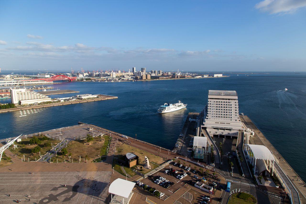 Вид на море и город Кобэ из бара «Сакэ Тару Лаундж»