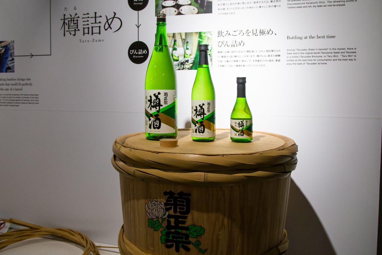 «Дзюммай тарудзакэ» – бочковое сакэ «Кику Масамунэ». Благодаря хранению в деревянных бочках продукт приобретает свежий аромат криптомерии