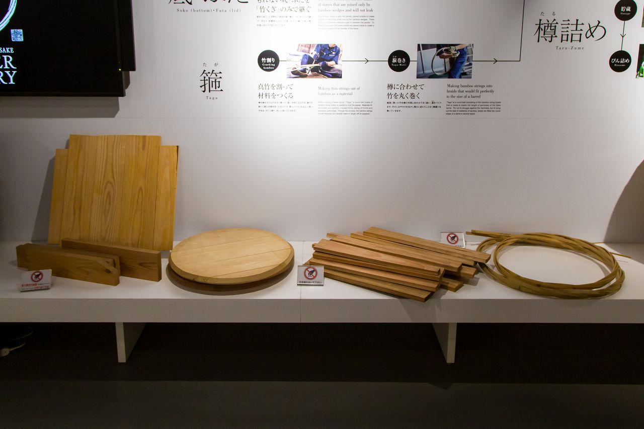 Детали бочки: дно, крышка, дощечки для стен бочки и обод (слева направо)