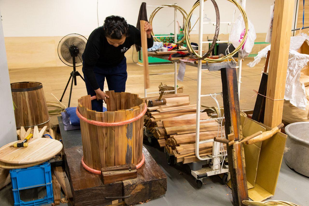 Мастер подбирает дощечки и формирует бочку, как будто складывая паззл. У неопытного человека на эту работу может уйти около часа