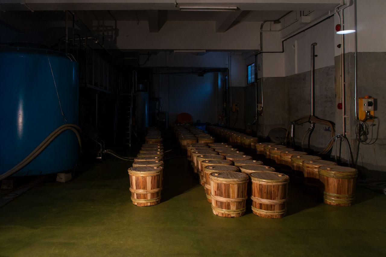 Во время экскурсии по цеху можно увидеть бочки с сакэ, впитывающим аромат криптомерии