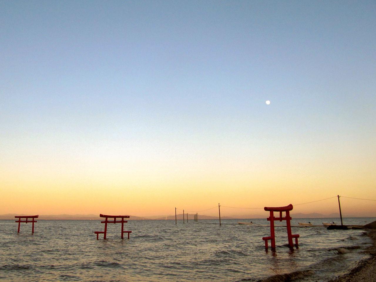 Удивительное впечатление создают уходящие в море ворота-тории у взморья Ариакэ