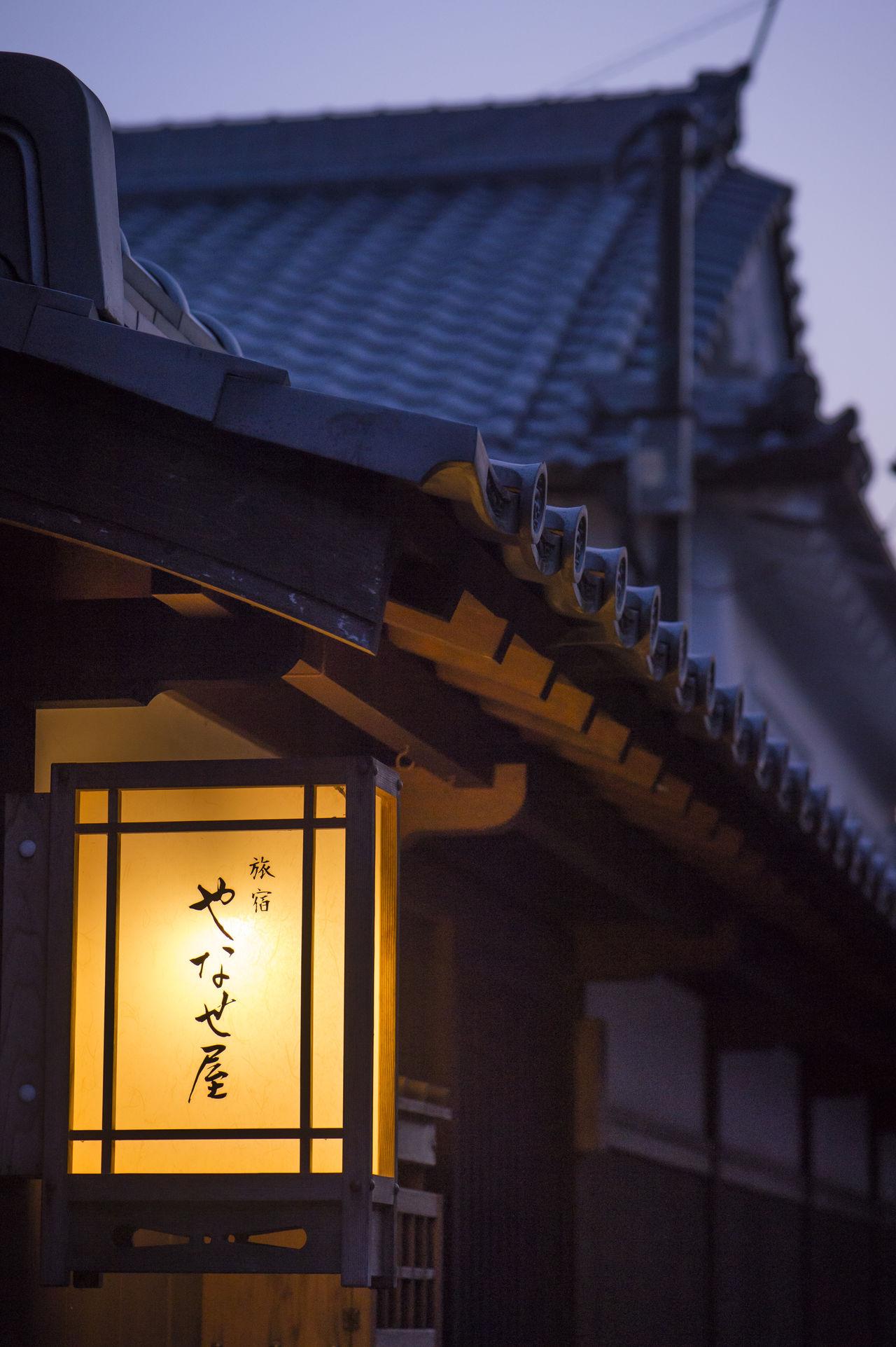 У входа в «Янасэя» висит деревянный фонарь