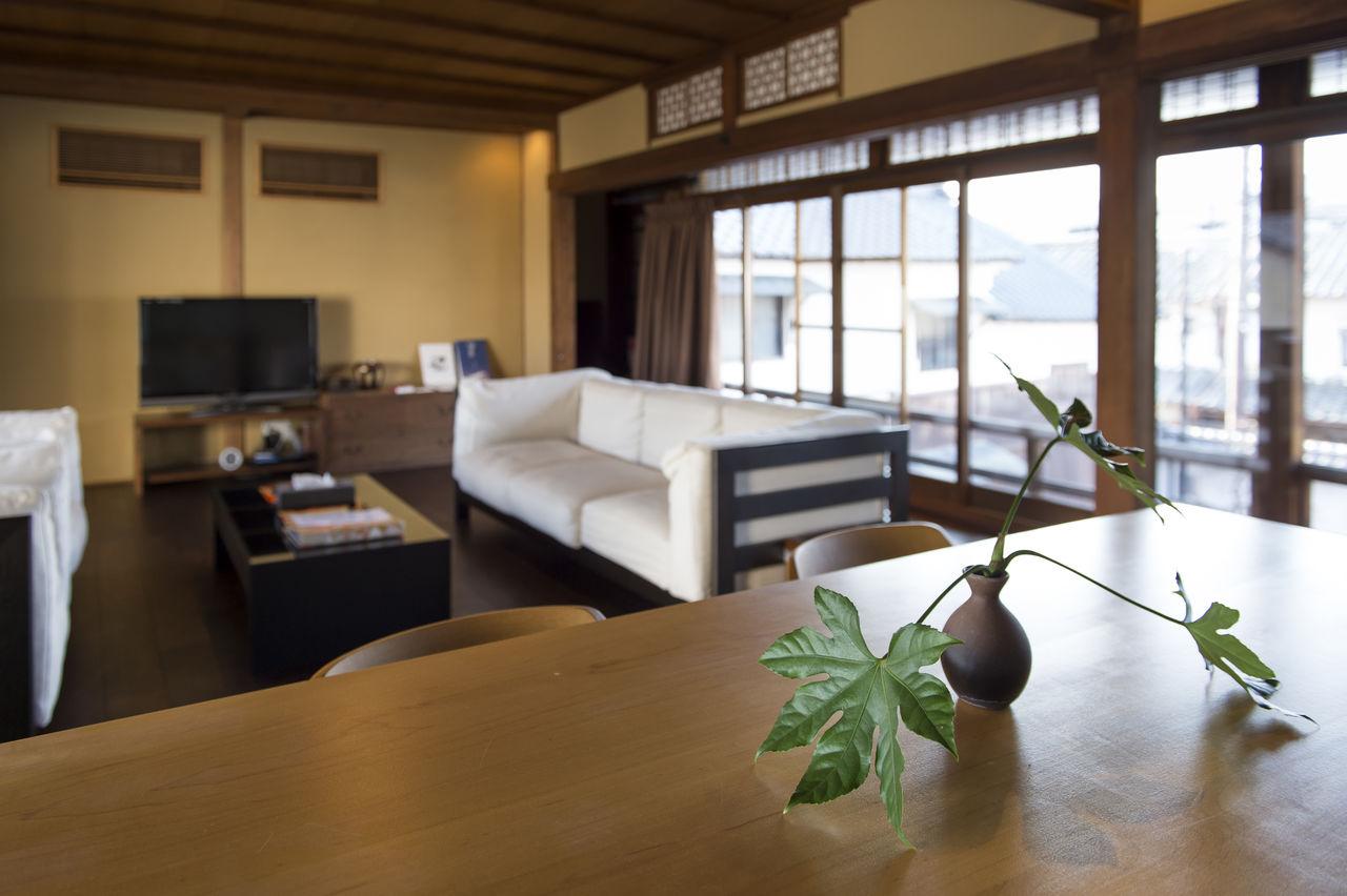 Завтрак подается на втором этаже главного здания в гостиной, выполняющей также роль столовой